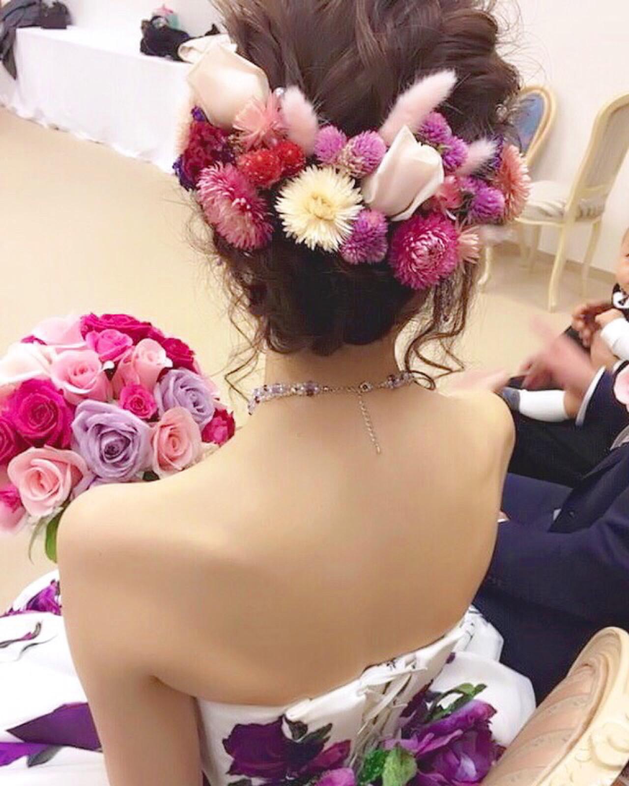 カラードレスやブーケに合わせた花を使ってアップスタイルに ヤマナカサトル