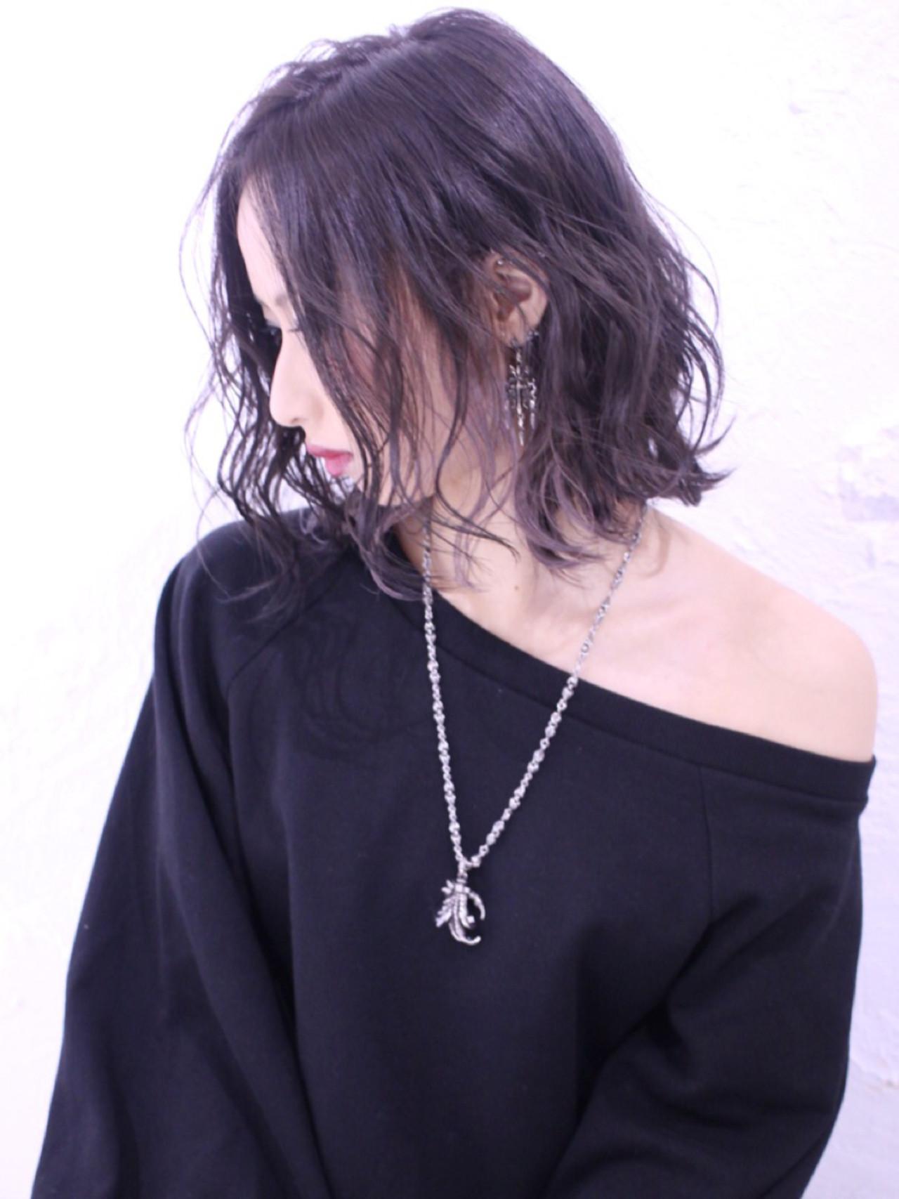 インナーカラー ミディアム アッシュ 暗髪 ヘアスタイルや髪型の写真・画像