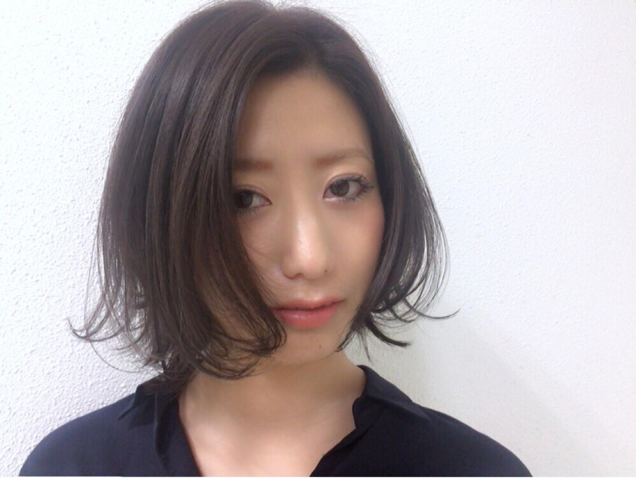 暗髪の外ハネボブで知的かつセクシーに Taniguchi Yukiko