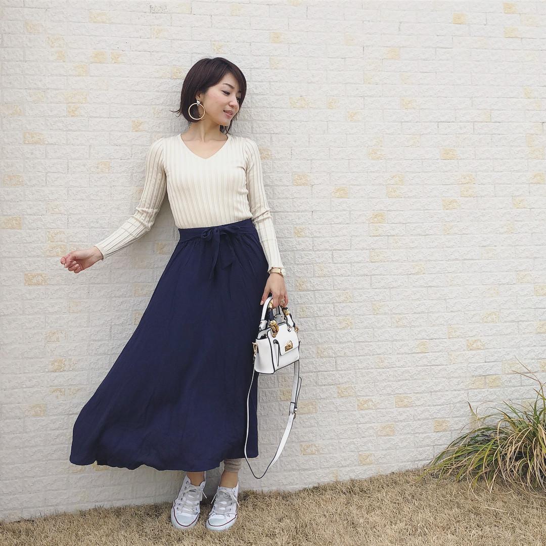 ふわっとネイビースカートはシンプルにまとめる! 出典:kusayuu