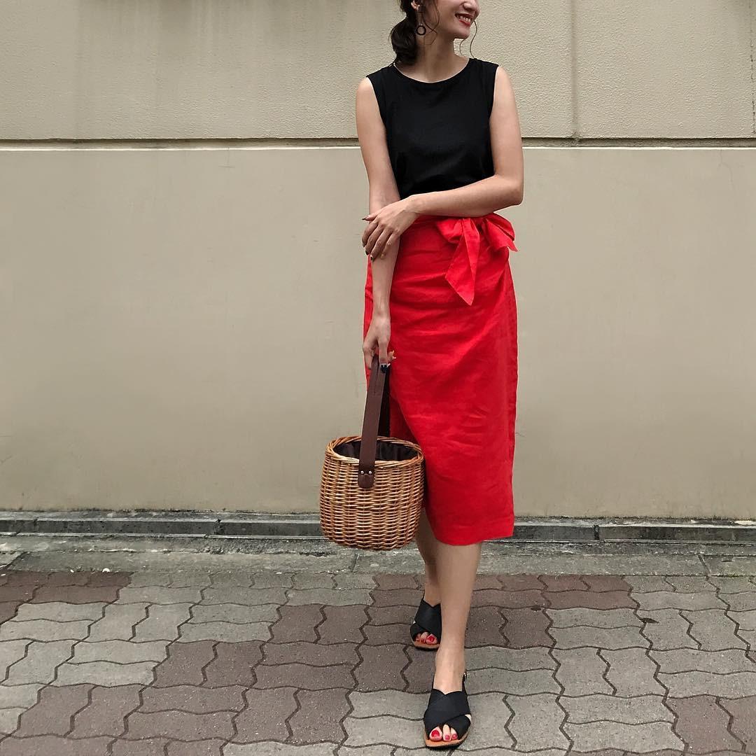 赤は黒と合わせてシックに着こなして♪ 出典:nagina001