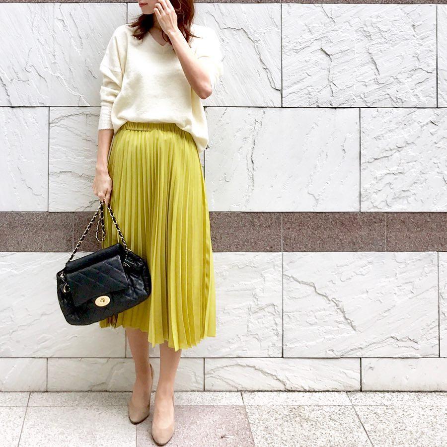 プリーツスカートは明るめカラーで華やかに! 出典:soliabe5787