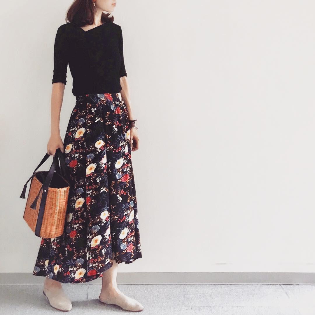 大人♡ブラックベースの花柄スカート 出典:soliabe5787