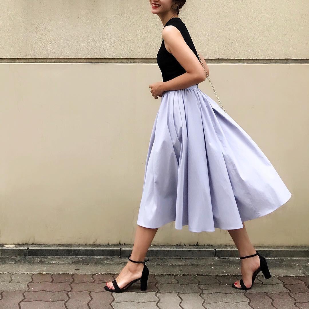 ギャザースカートはきれいめ素材で上品に 出典:nagina001