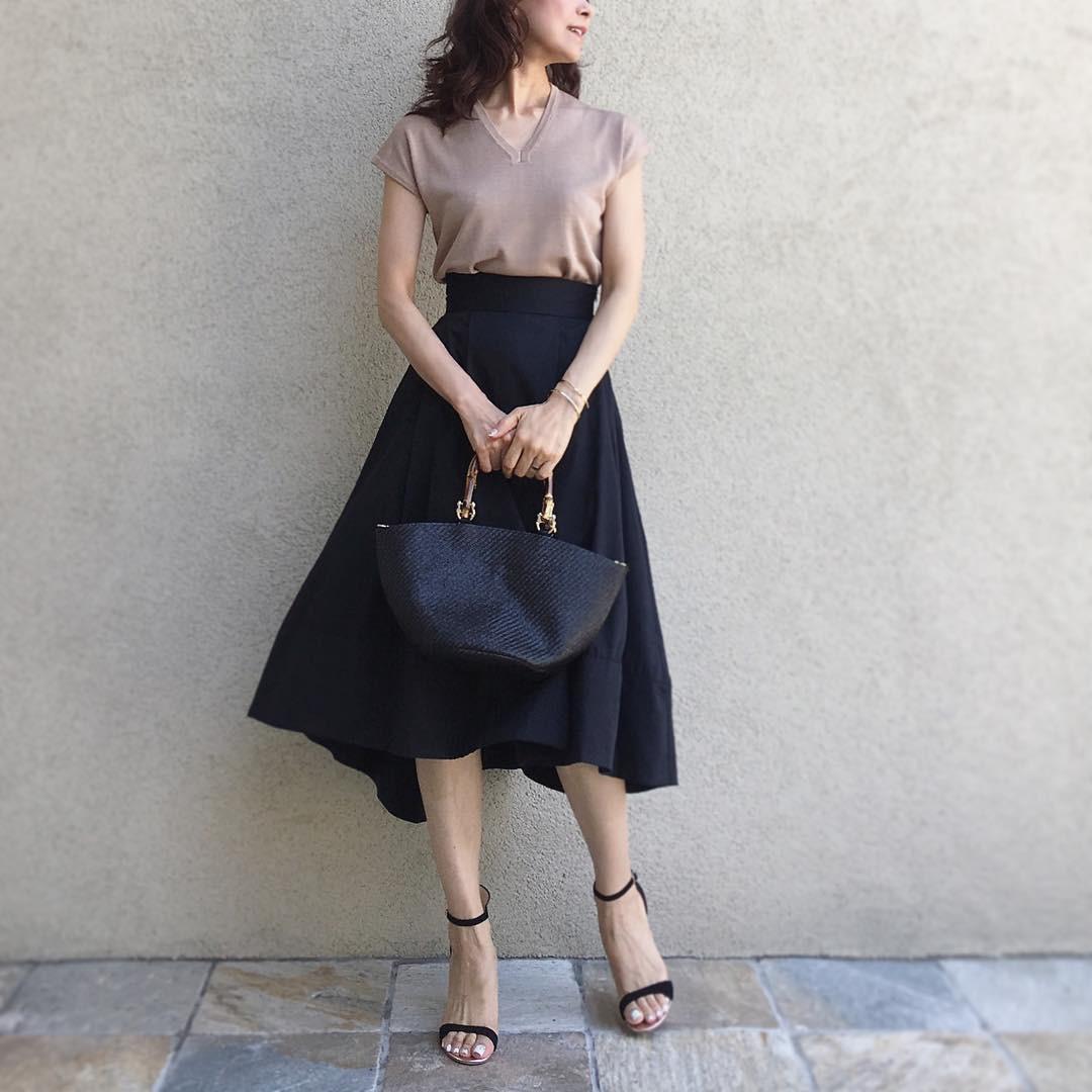パパ活、服装 清楚系のコーディネートをしたスカート姿の女性