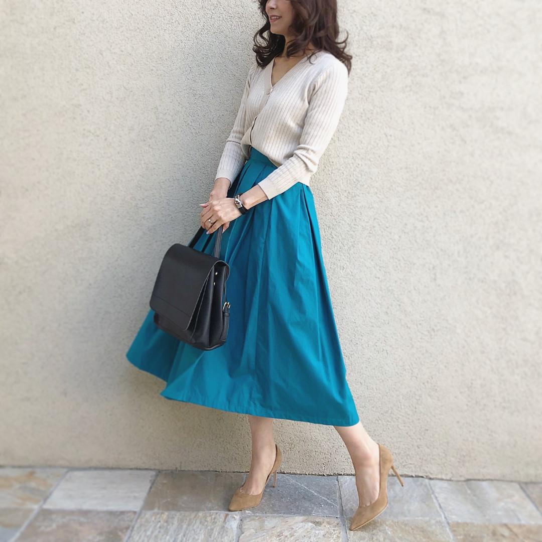 長めのスカートのシルエットがキレイなスカートスタイル akko3839