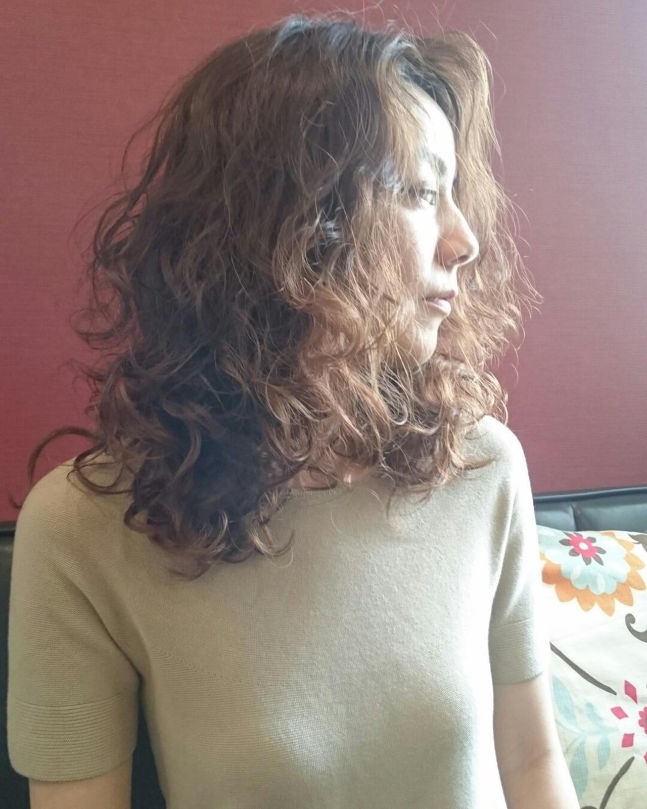 大人かわいい フェミニン ミディアム デジタルパーマ ヘアスタイルや髪型の写真・画像