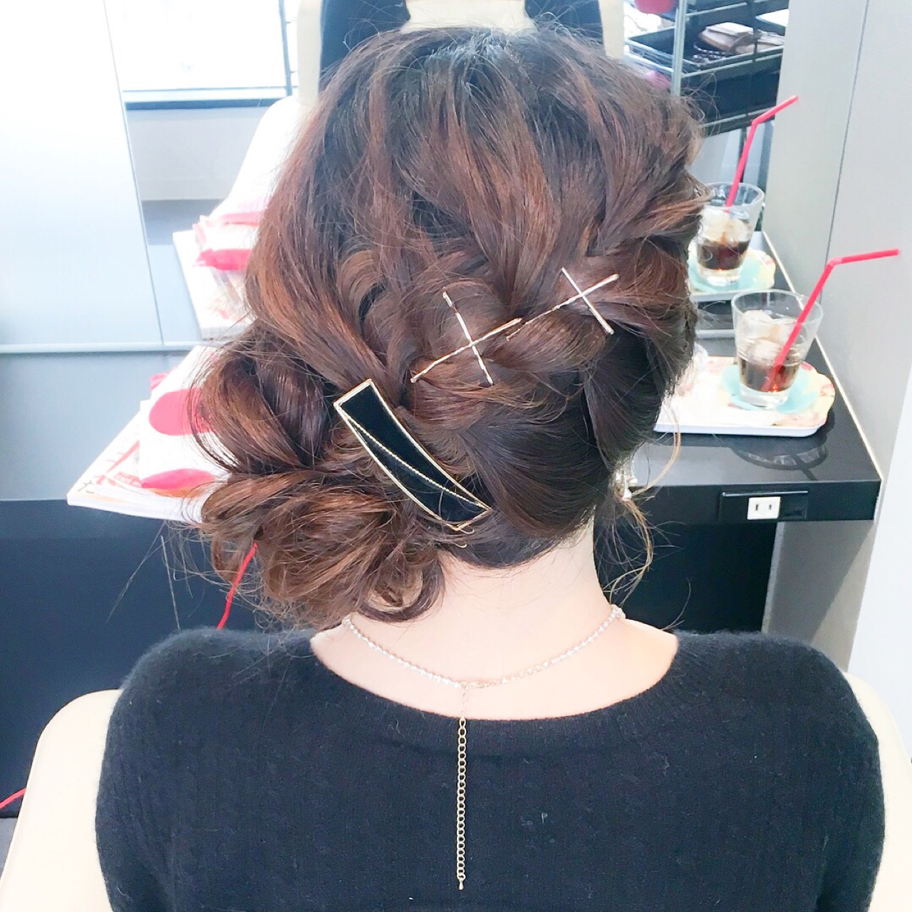 編み込みした毛束をピンで留めてアクセントに 美容師 HIRO