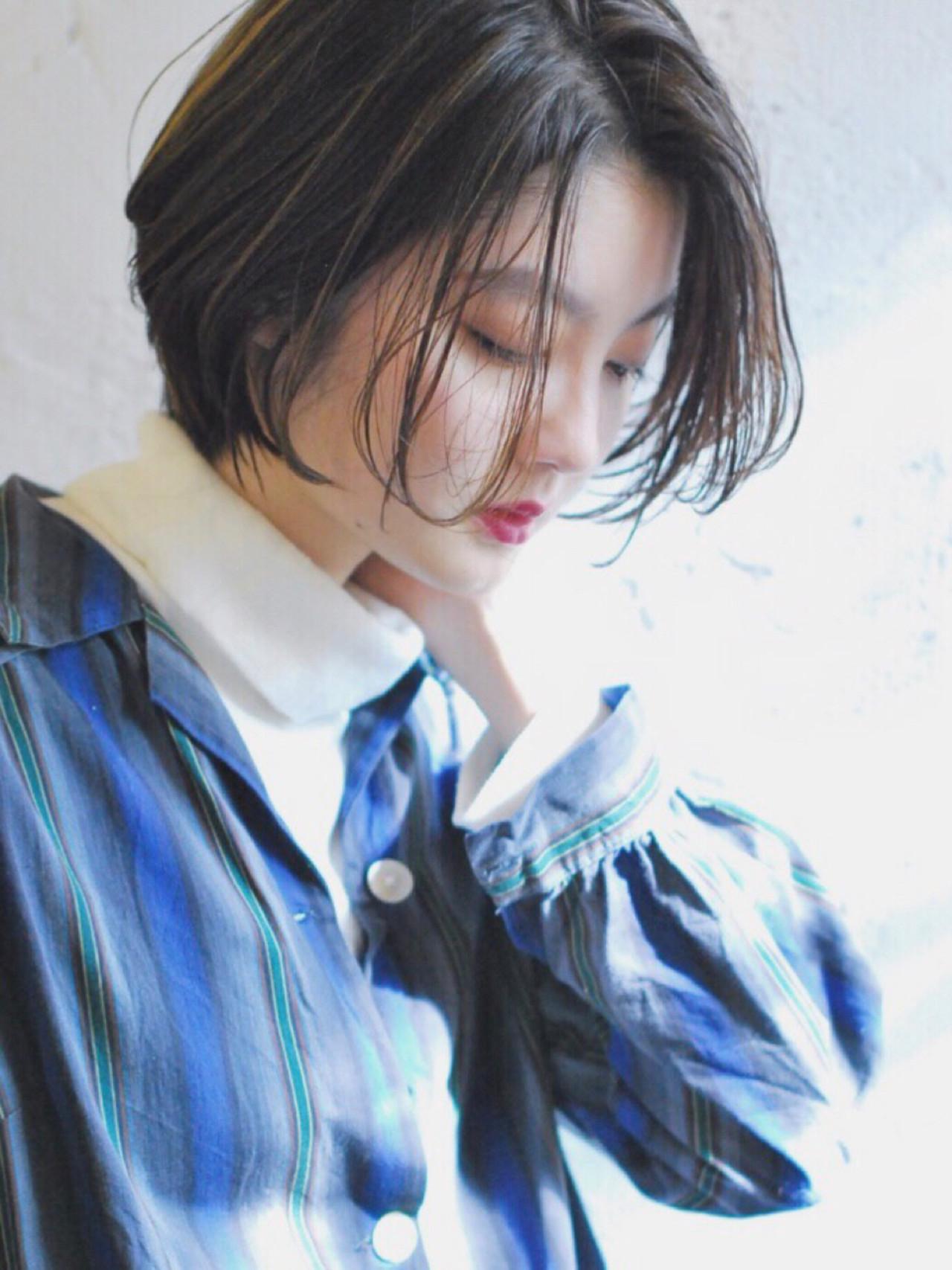 髪から覗く表情が色っぽい軽さを感じるヘアスタイルも ニシムラ カナ