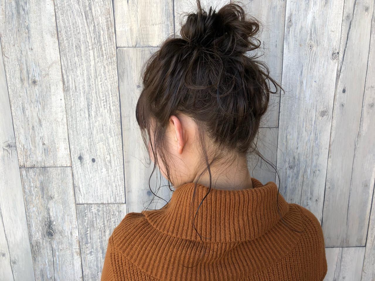 ナチュラル お団子 アッシュグレージュ ヘアアレンジ ヘアスタイルや髪型の写真・画像