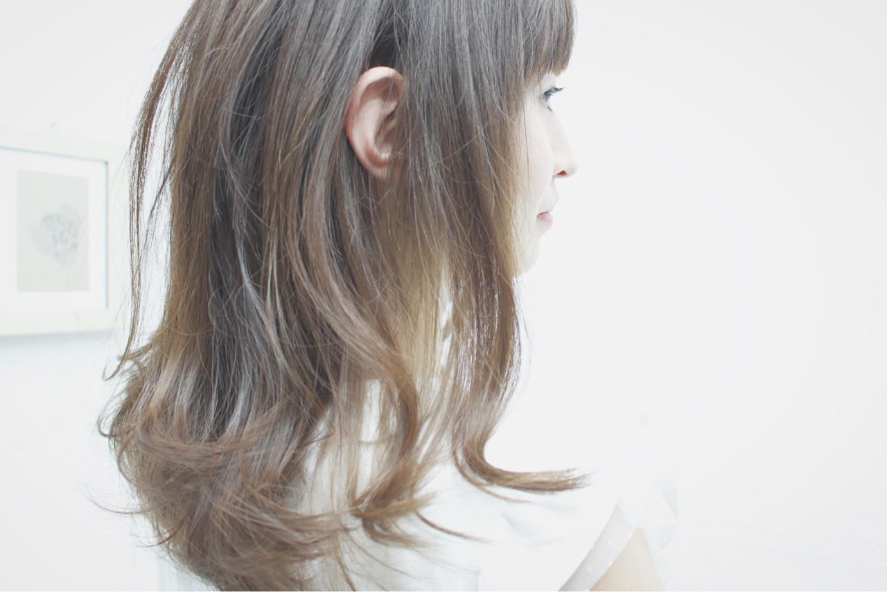 ロング シルバーアッシュ グレージュ シルバー ヘアスタイルや髪型の写真・画像