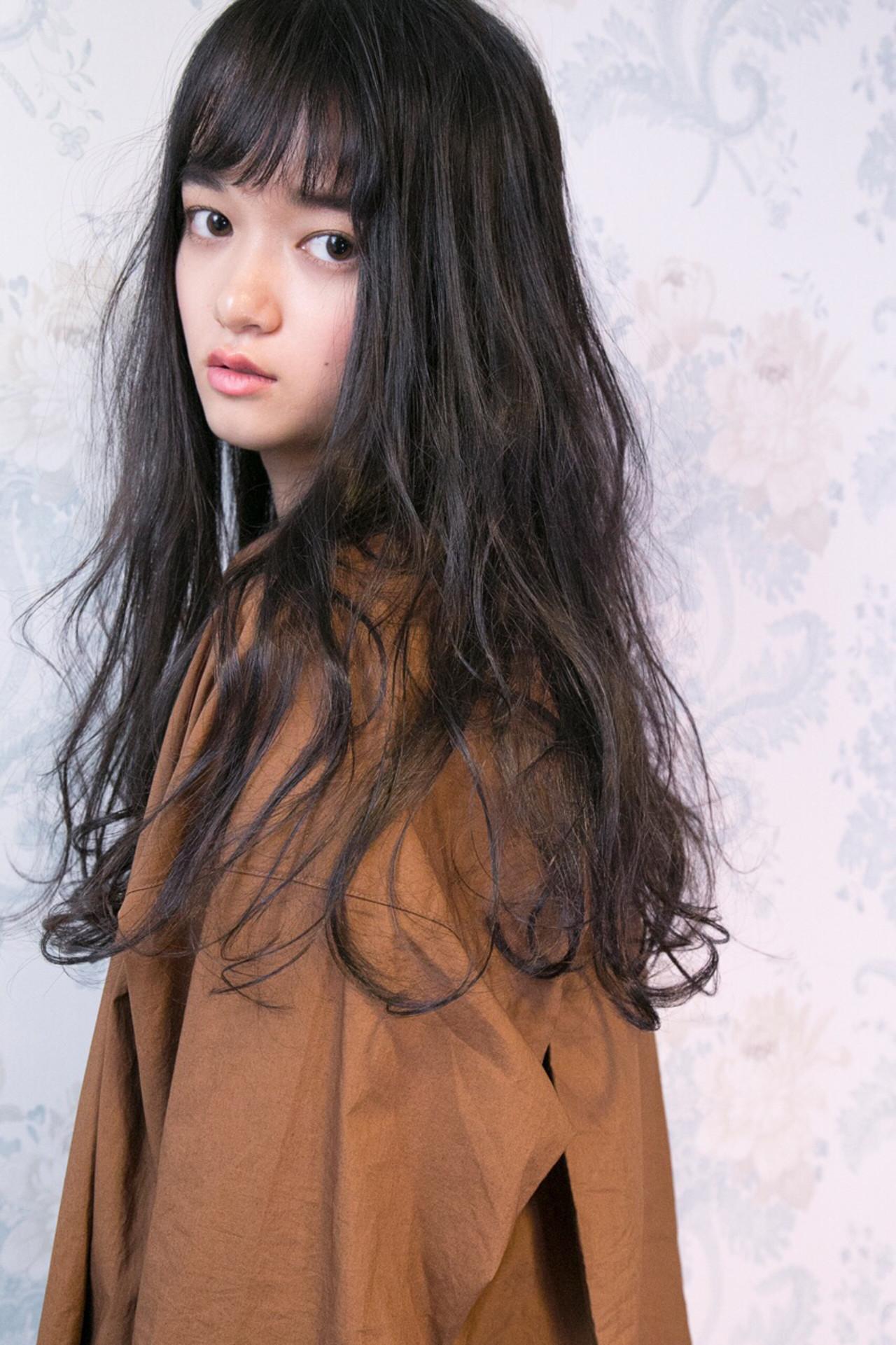 シースルーバング ロング ナチュラル くせ毛風 ヘアスタイルや髪型の写真・画像
