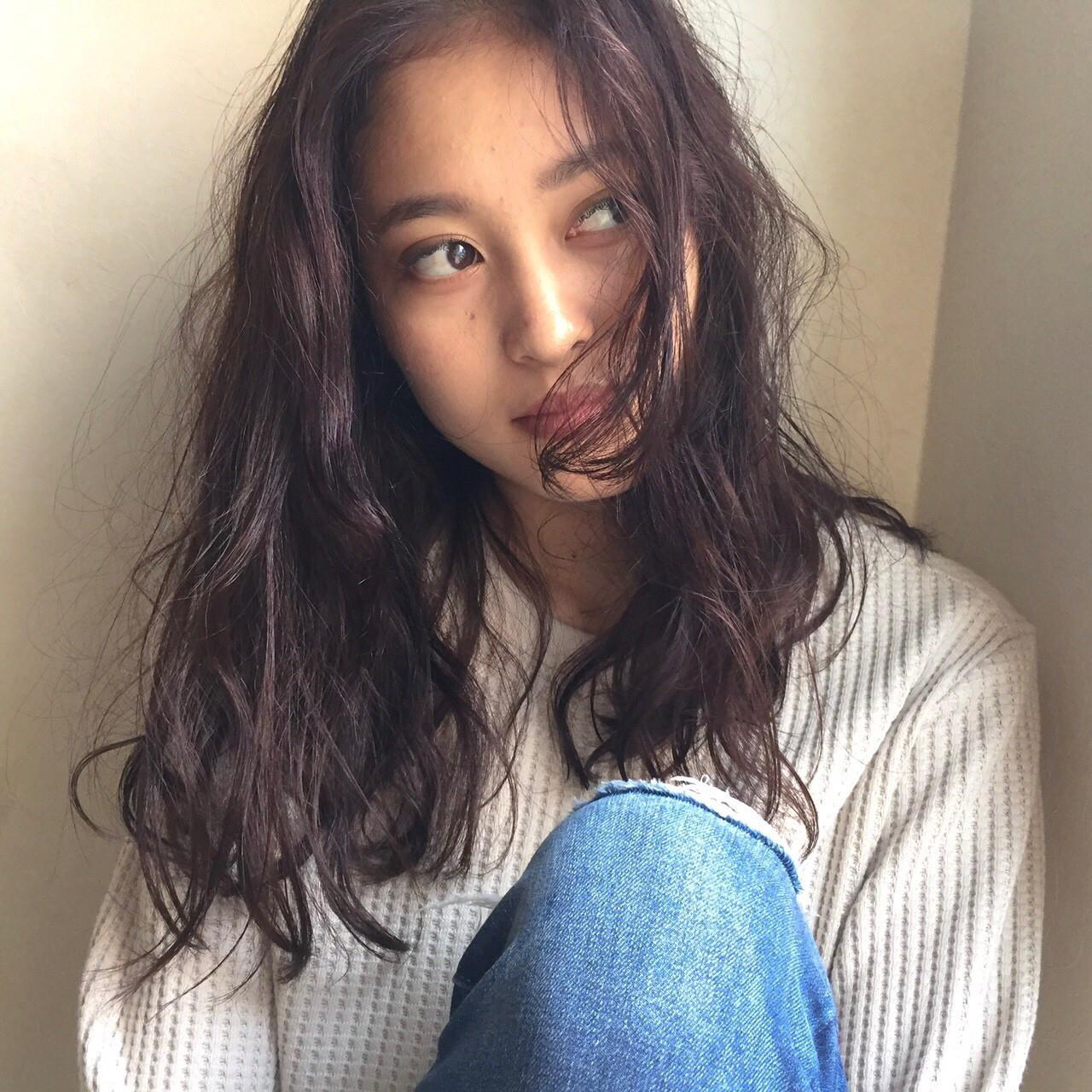外国人風 くせ毛風 ナチュラル 暗髪 ヘアスタイルや髪型の写真・画像