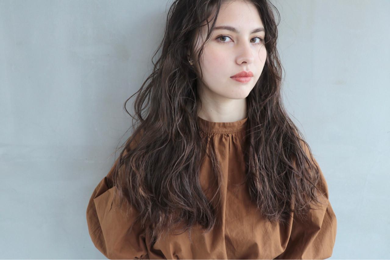 くせ毛風 グレージュ パーマ 外国人風 ヘアスタイルや髪型の写真・画像