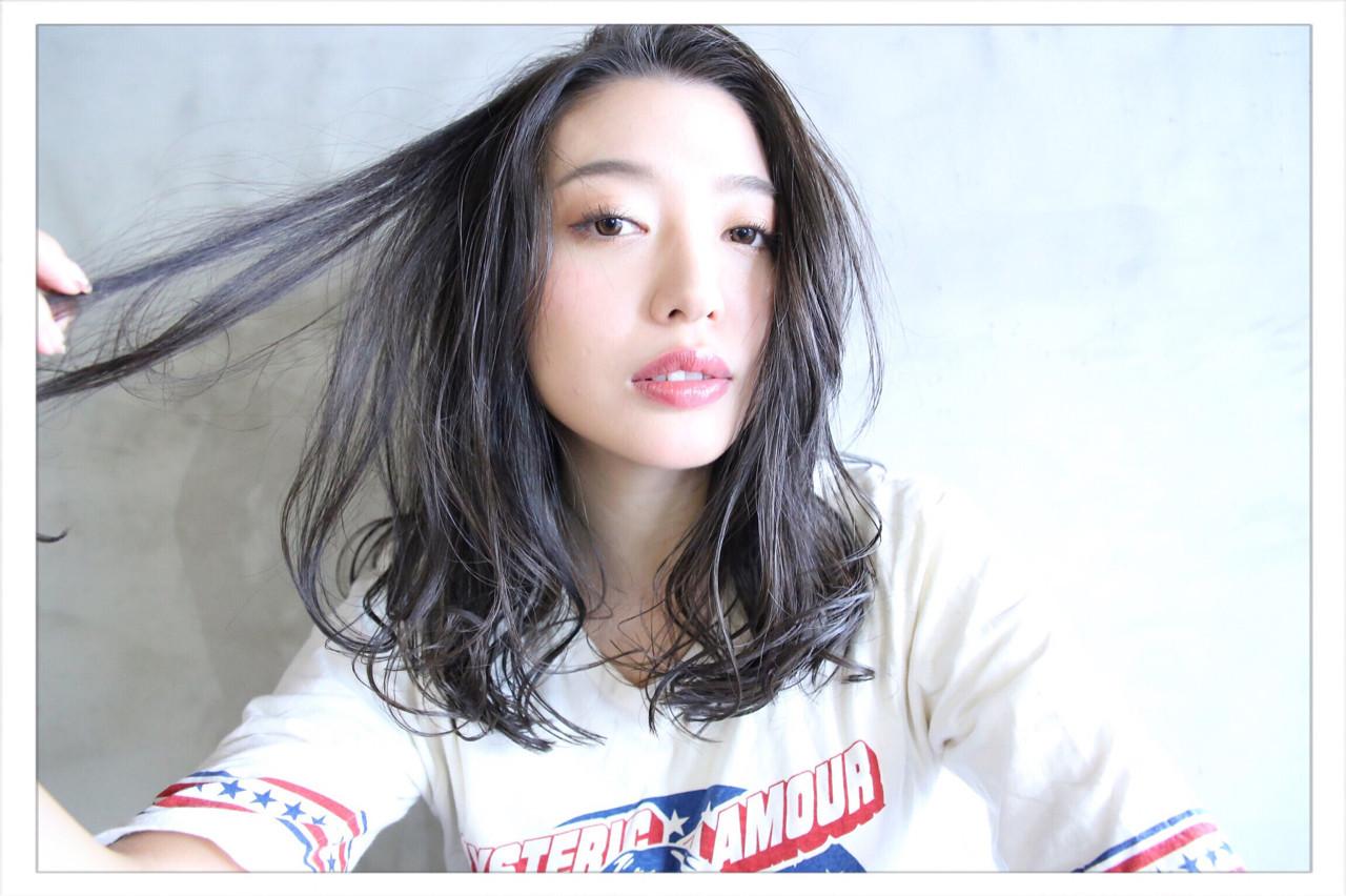 セミロング 上品 アッシュ 外国人風 ヘアスタイルや髪型の写真・画像