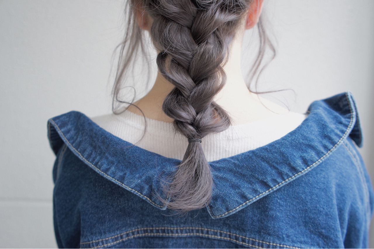 グレーアッシュ 透明感 セミロング ミルクティー ヘアスタイルや髪型の写真・画像