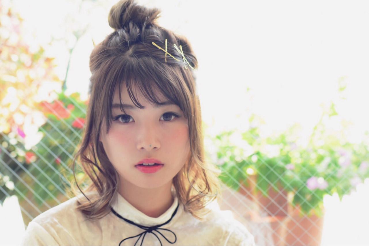ミディアム ハーフアップ お団子 インナーカラー ヘアスタイルや髪型の写真・画像