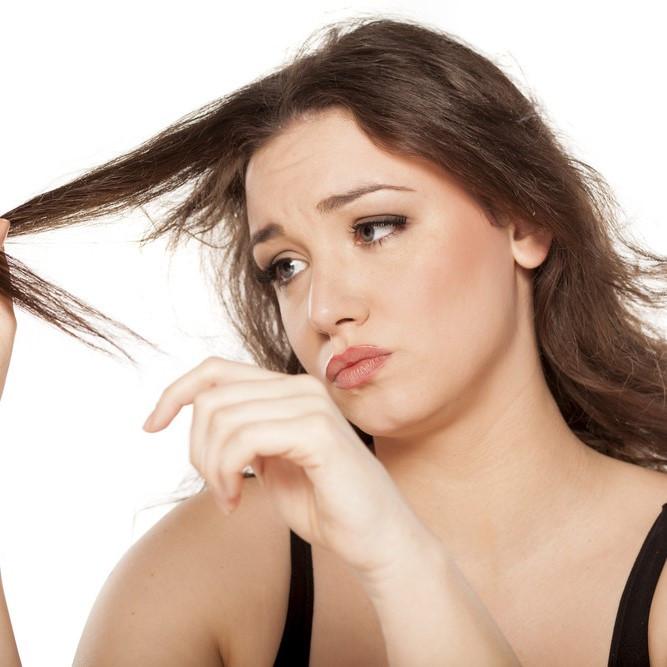 枝毛や切れ毛が目立ってきたら要注意!原因とケア方法教えます♪