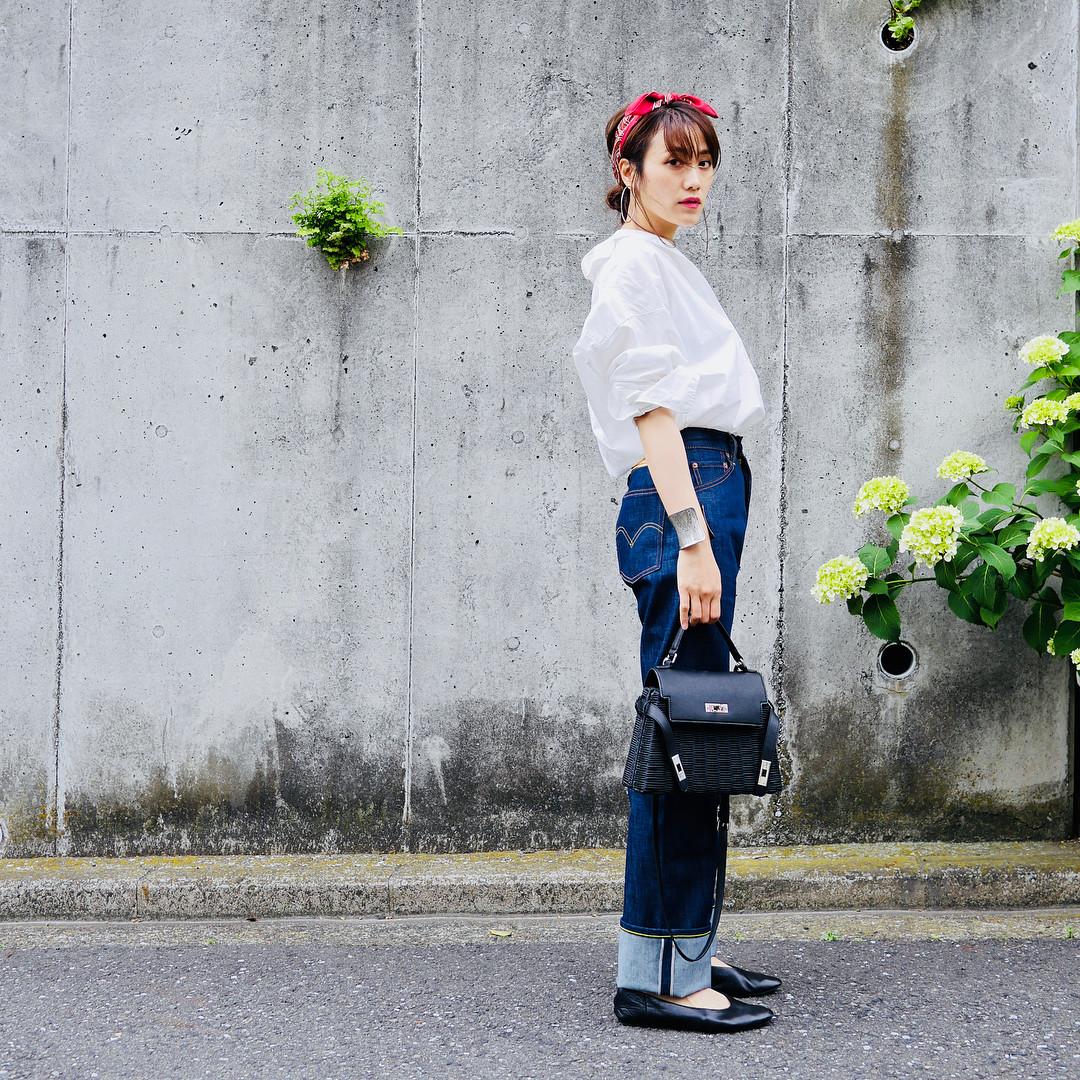 裾をロールアップしてコーデのアクセントに! 出典:mikiaoba