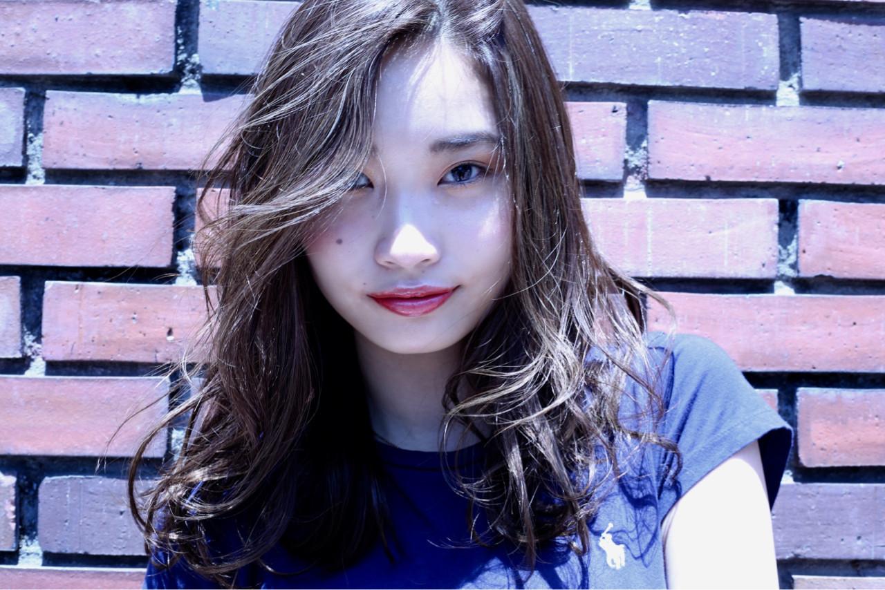 前髪なしミディアムを波巻きで外国人風ウェーブ 土屋一貴 | TOMCAT 新宿
