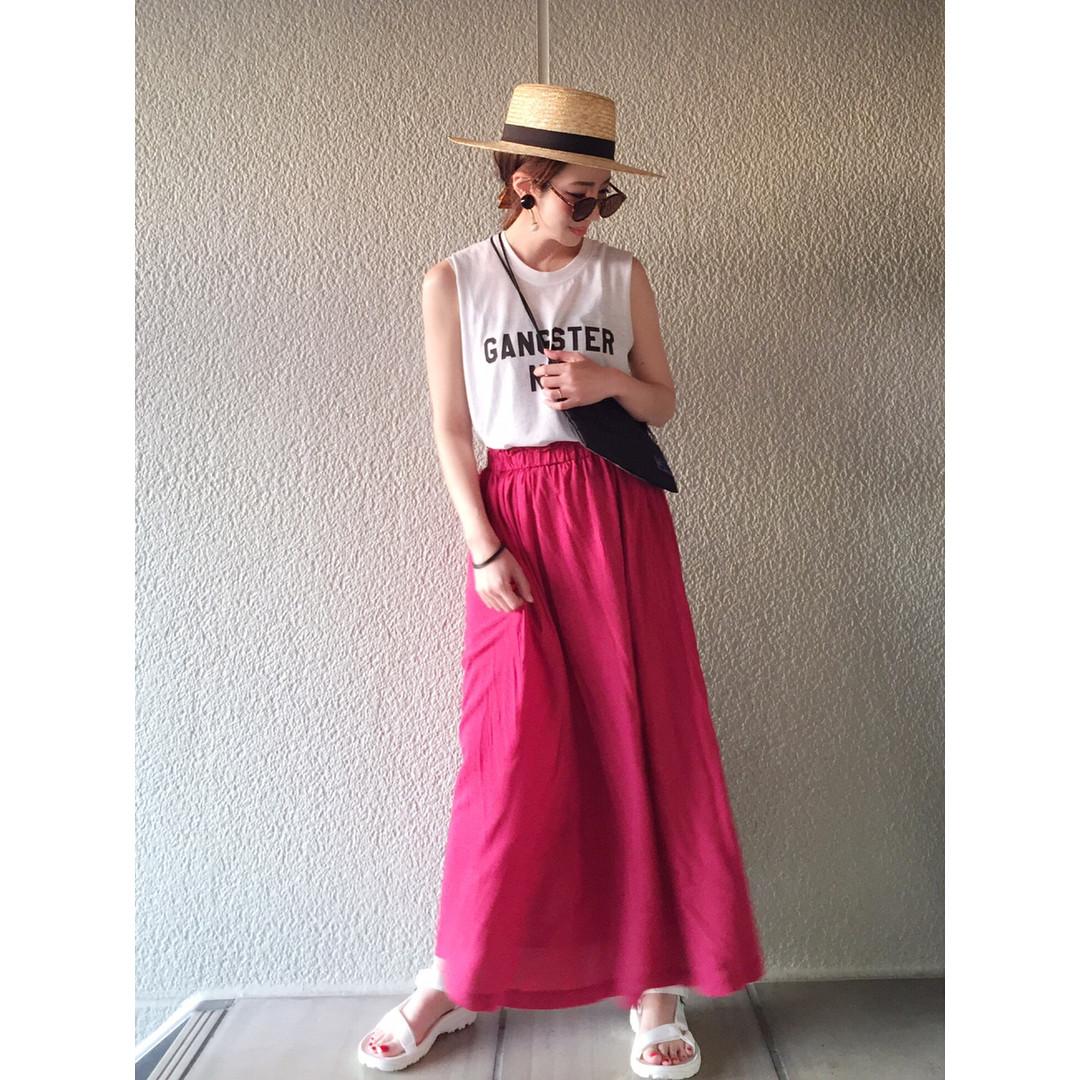 シンプルコーデはカラースカートで目立つ! 出典:misato36