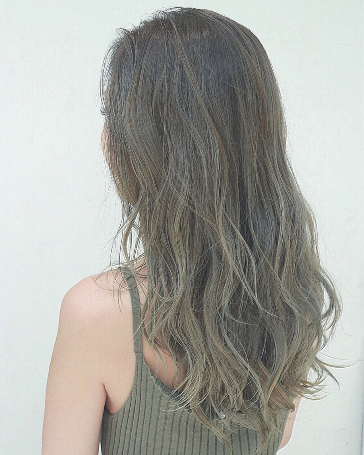カーキアッシュ グラデーションカラー ナチュラル ハイライト ヘアスタイルや髪型の写真・画像