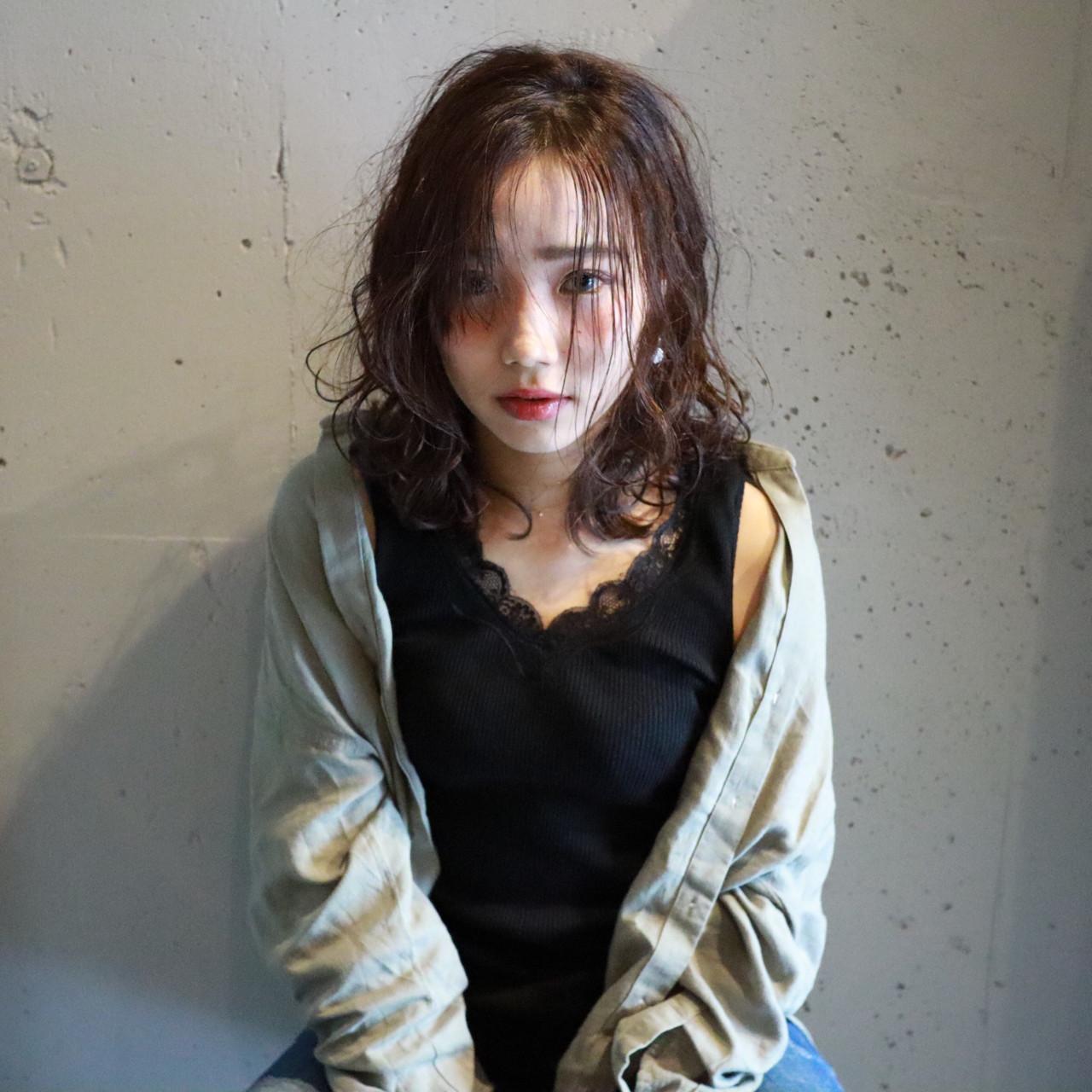 リラックス 暗髪 アンニュイ ウェーブ ヘアスタイルや髪型の写真・画像