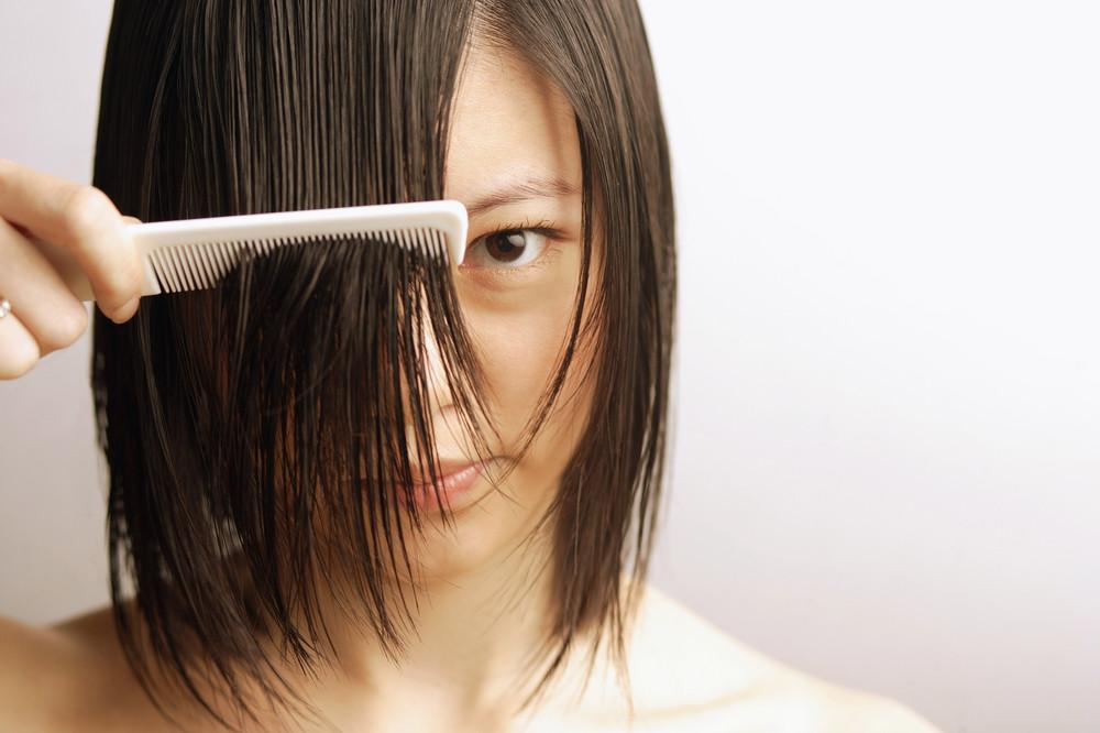 ブラッシングして切らない髪を左右に留めておく