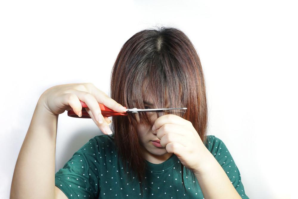 前髪を切りたい長さより長めにカットする