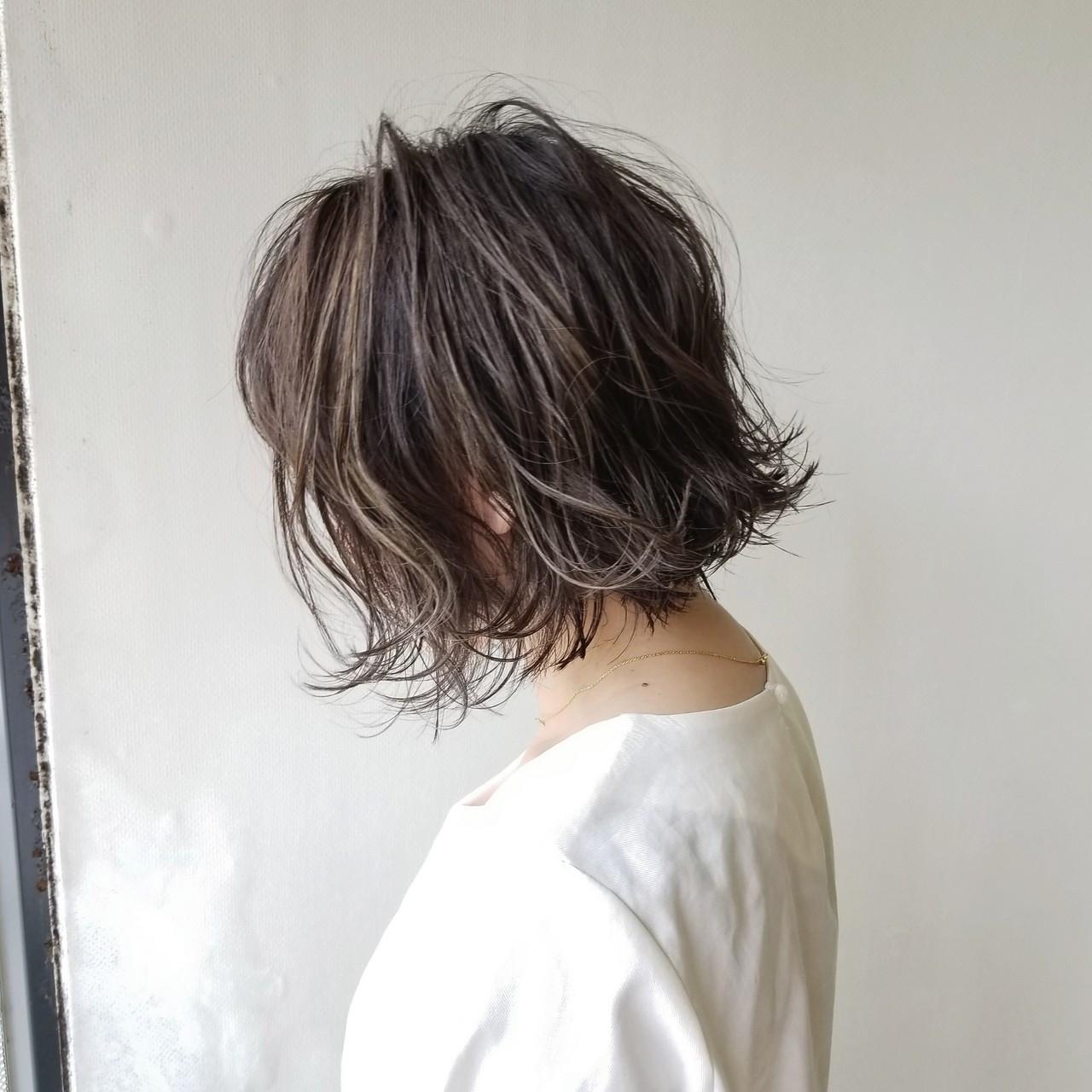 ナチュラル 外ハネ アッシュ ハイライト ヘアスタイルや髪型の写真・画像