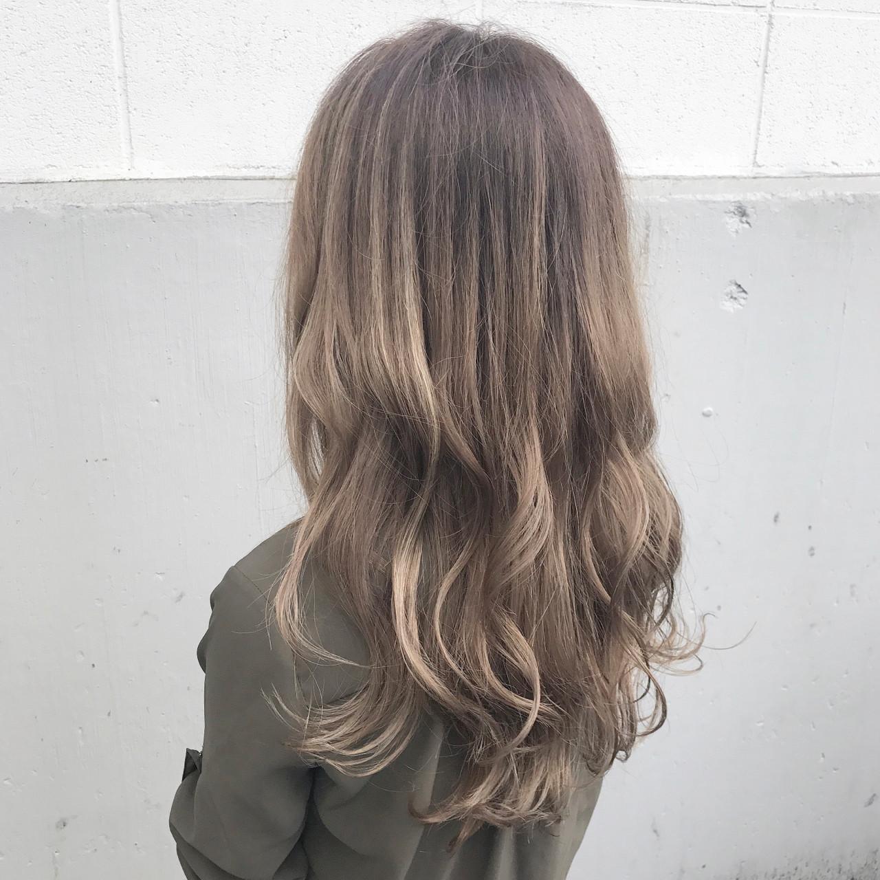 ミルクティー ロング インナーカラー ハイライト ヘアスタイルや髪型の写真・画像