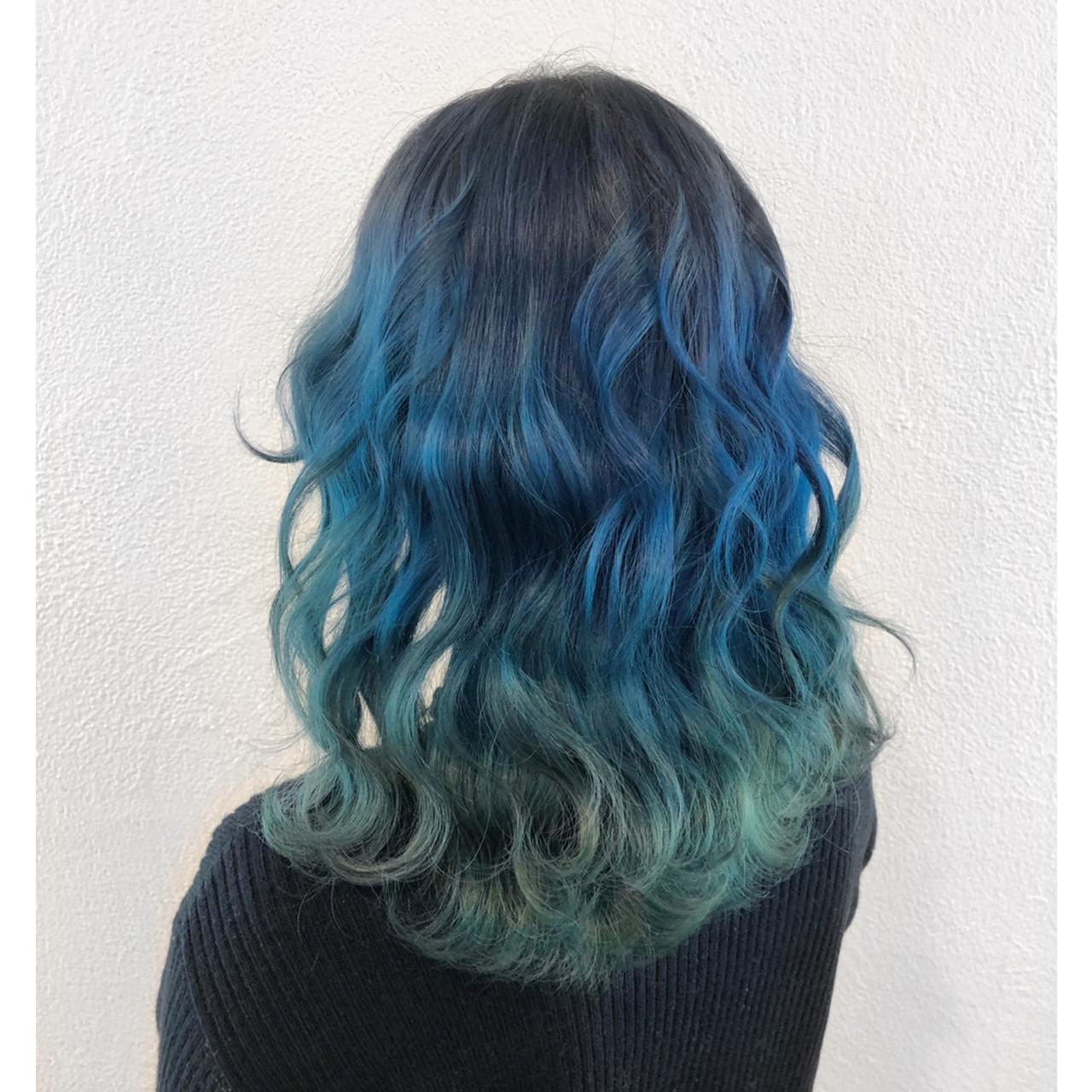 ミディアム 個性的 ブルー グラデーションカラー ヘアスタイルや髪型の写真・画像