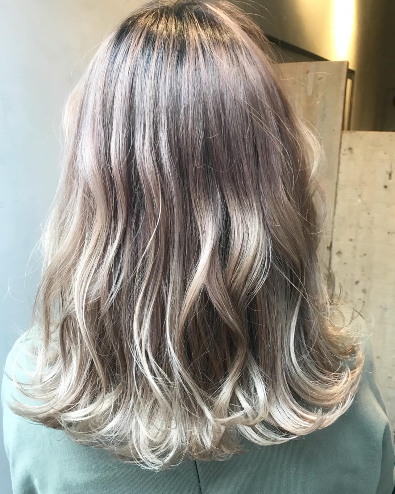 ミディアム グレージュ ストリート ホワイト ヘアスタイルや髪型の写真・画像