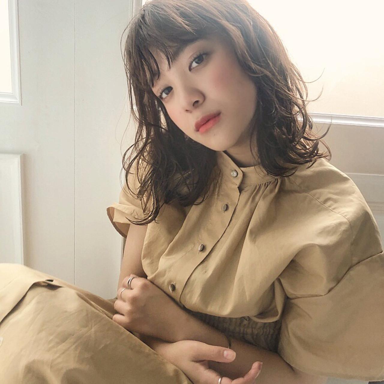 ミルクティーベージュ 大人かわいい ナチュラル ミディアムレイヤー ヘアスタイルや髪型の写真・画像