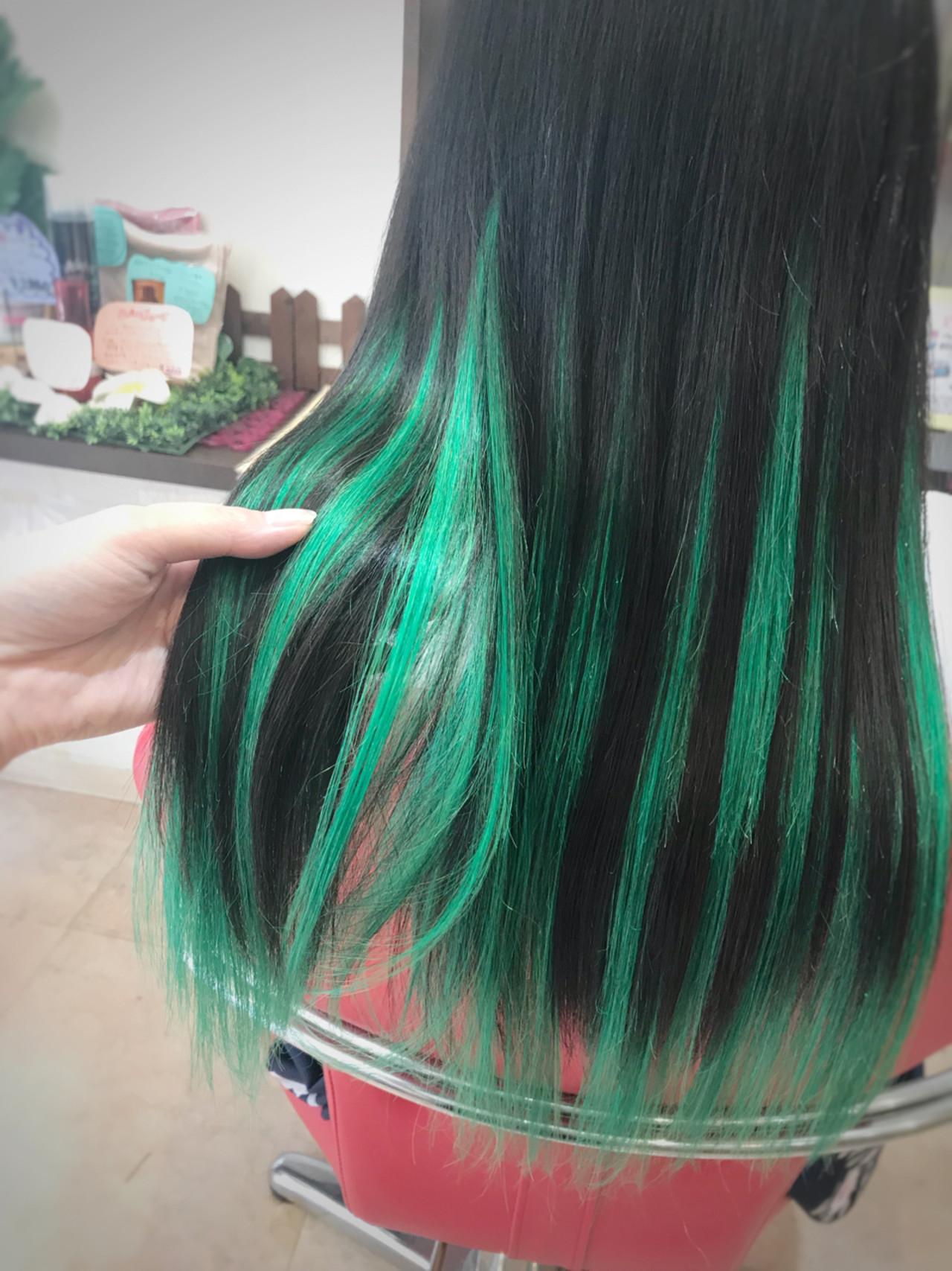 ロックスタイルがよく似合う黒髪のグリーンハイライトカラー リズムエクステンションリズム北千住店
