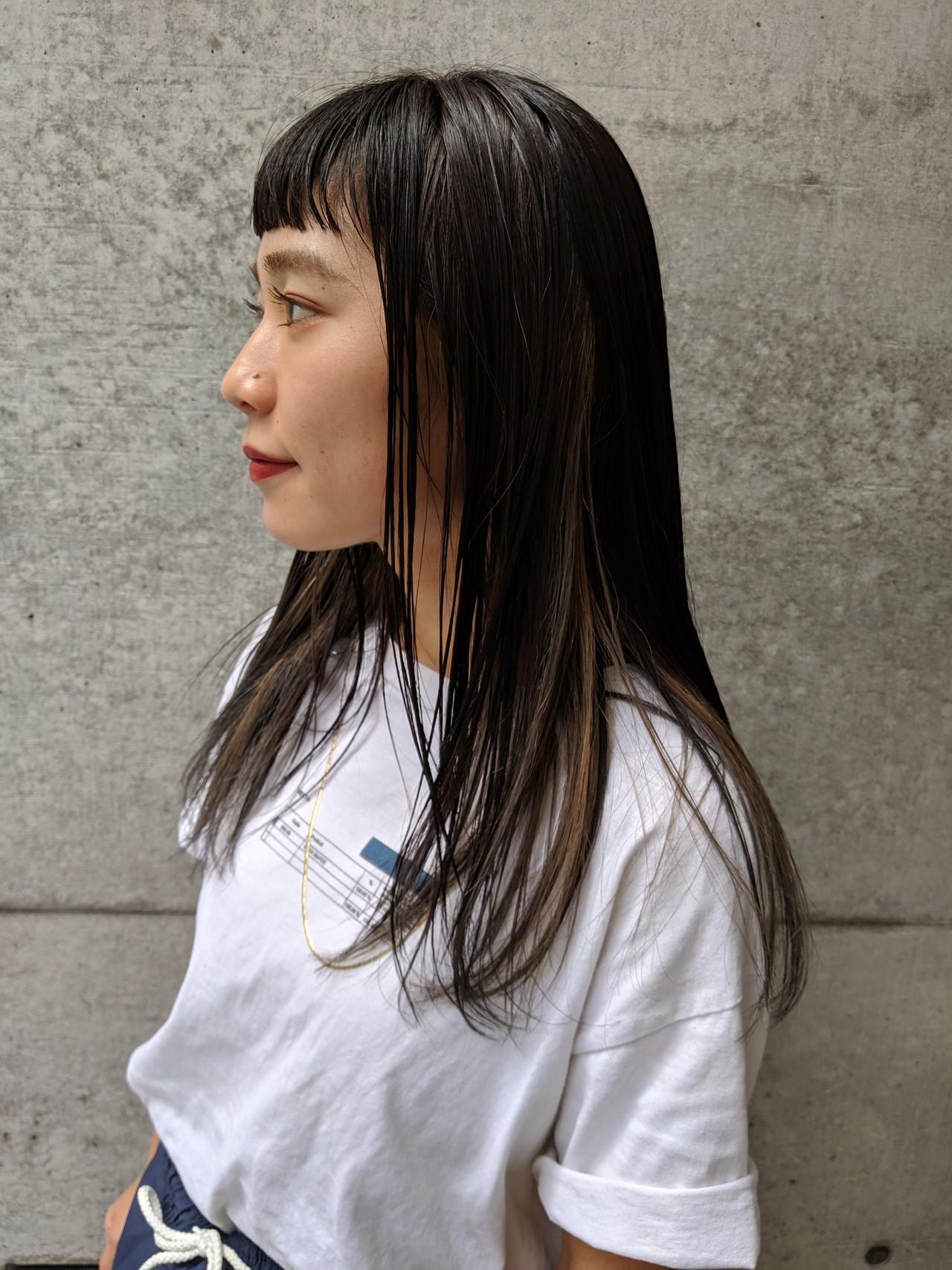 ロング 前髪パッツン ベージュ インナーカラー ヘアスタイルや髪型の写真・画像