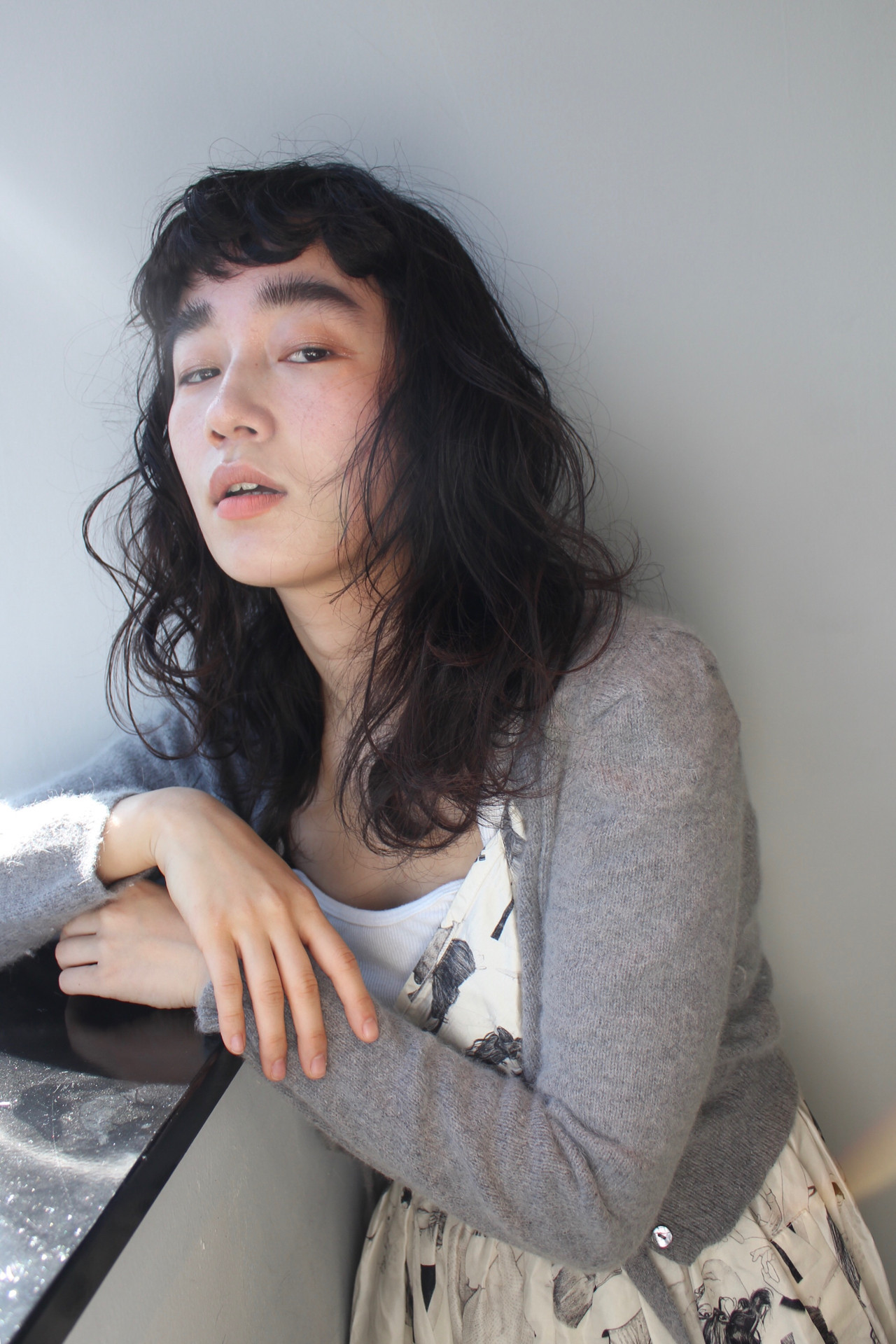 暗髪 ブルーアッシュ セミロング フェミニン ヘアスタイルや髪型の写真・画像