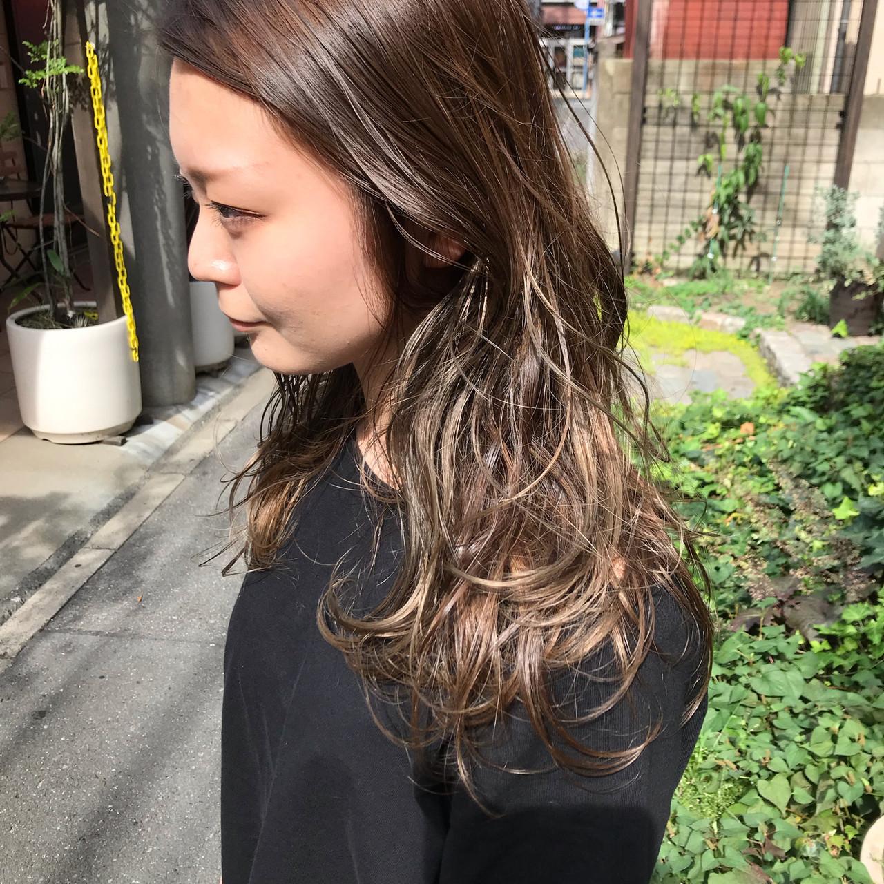 カーキアッシュ デザインカラー パーマ ロング ヘアスタイルや髪型の写真・画像