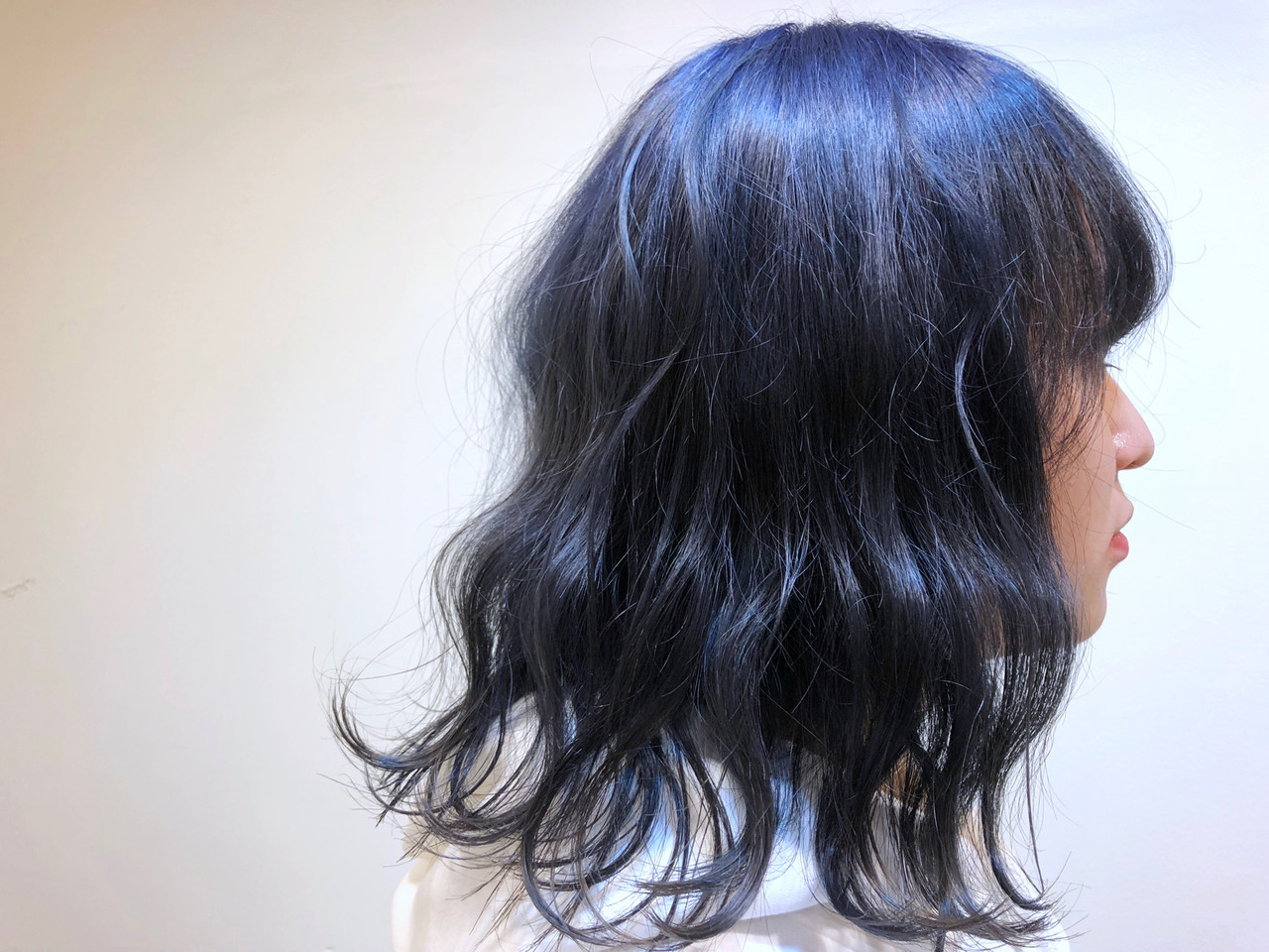 艶カラー 波巻き ミディアム ブルーブラック ヘアスタイルや髪型の写真・画像