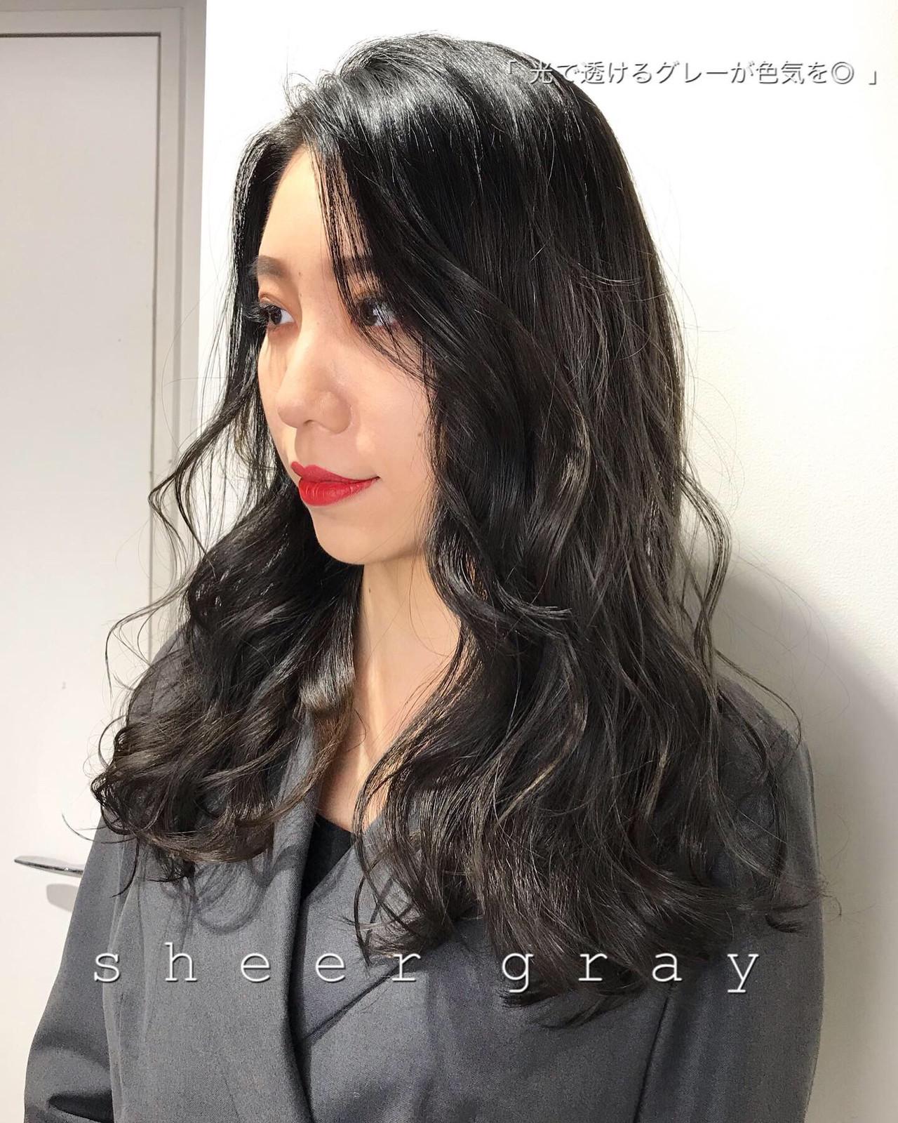 セミロング グレージュ アッシュグレージュ 暗髪 ヘアスタイルや髪型の写真・画像