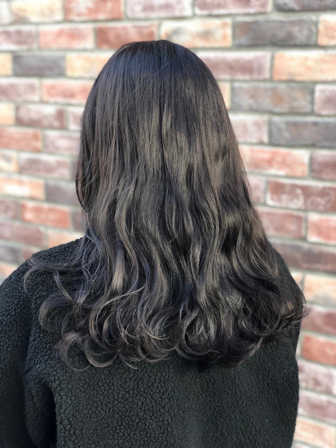 プラスツヤ感の暗髪ロンググレーヘアカラー 永井大樹