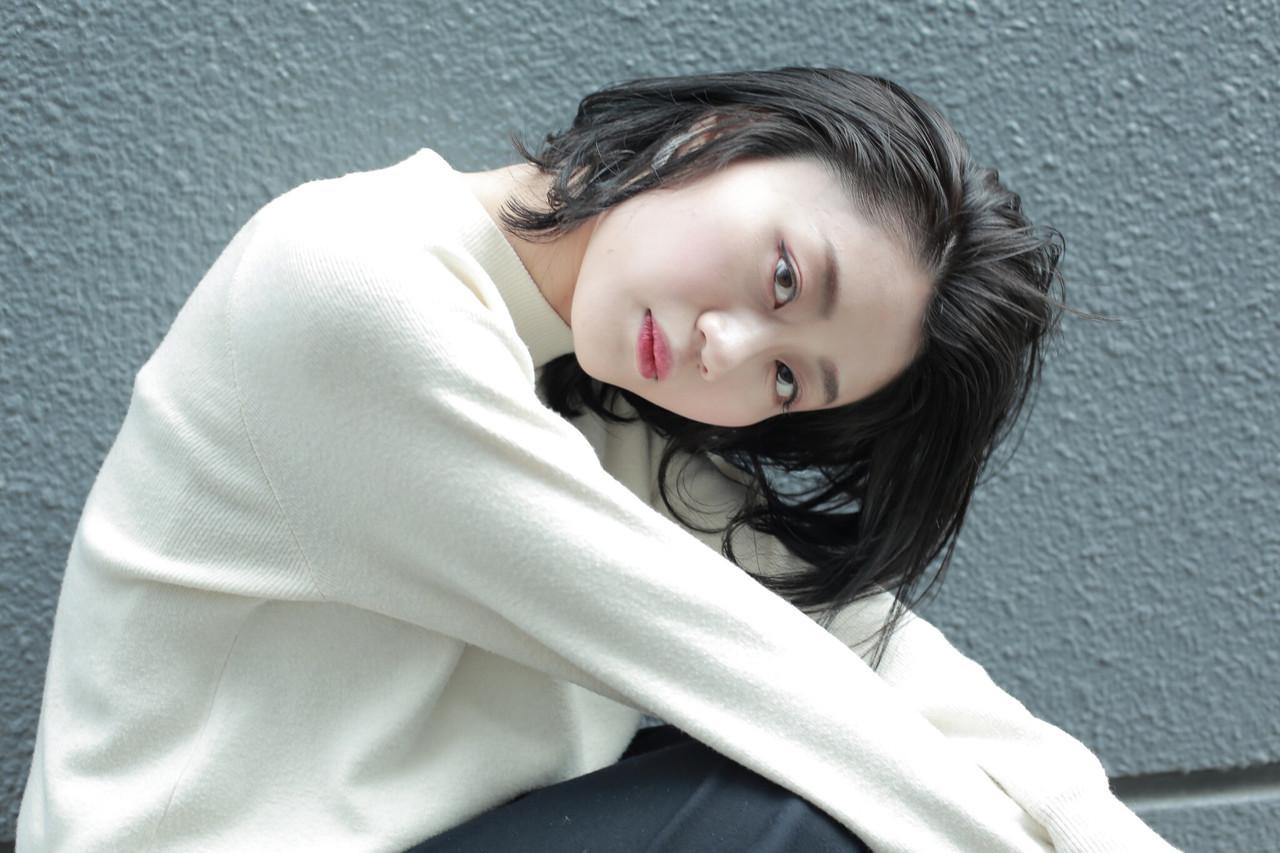 アンニュイなセンターパートの黒髪ミディアム オノミカ  g.hair design
