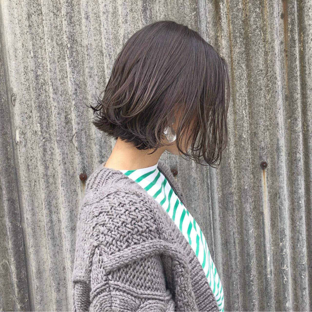 カーキグレージュは秋冬ファッションとも相性抜群 藤田成美 / oli