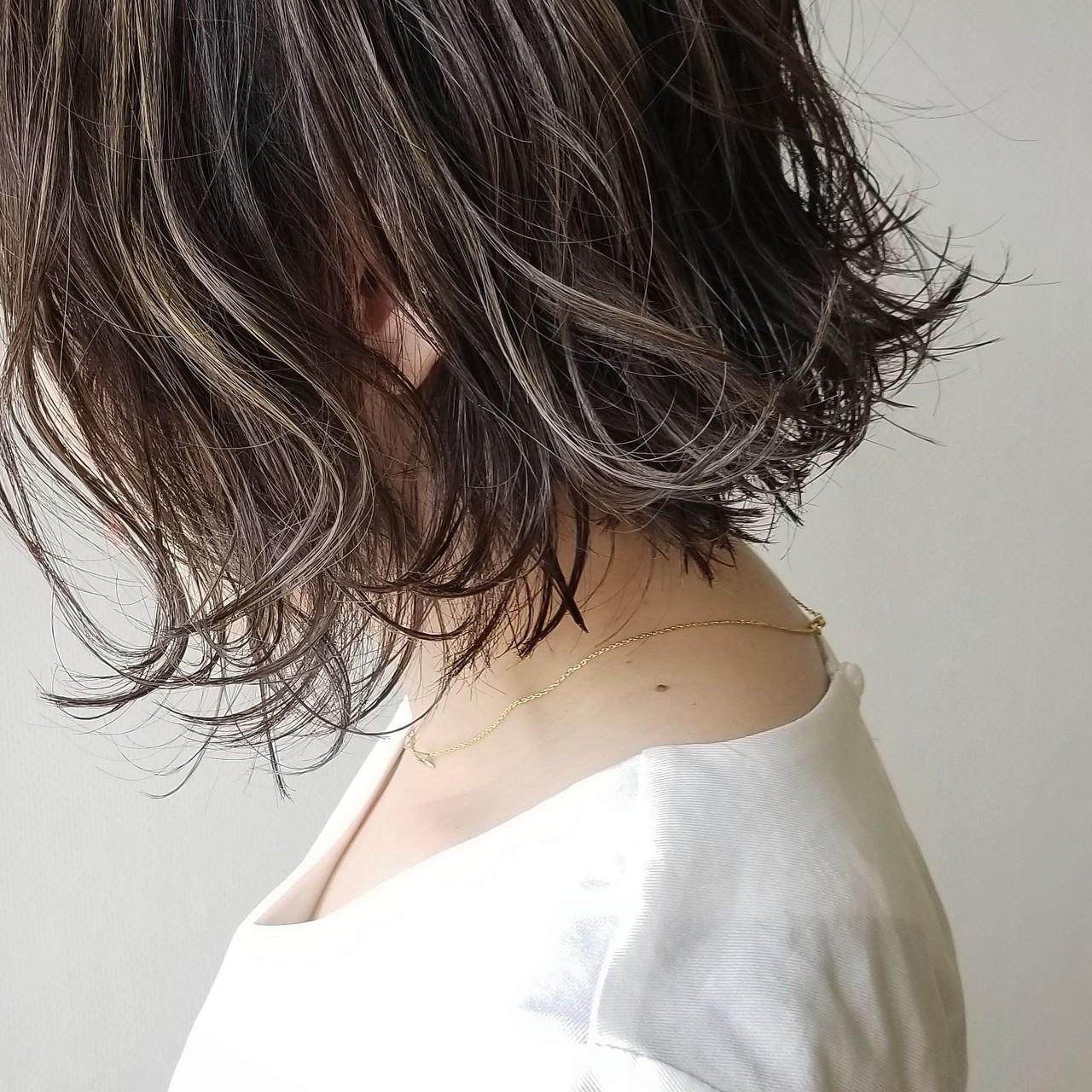 ハイライト アッシュ 外ハネ ナチュラル ヘアスタイルや髪型の写真・画像