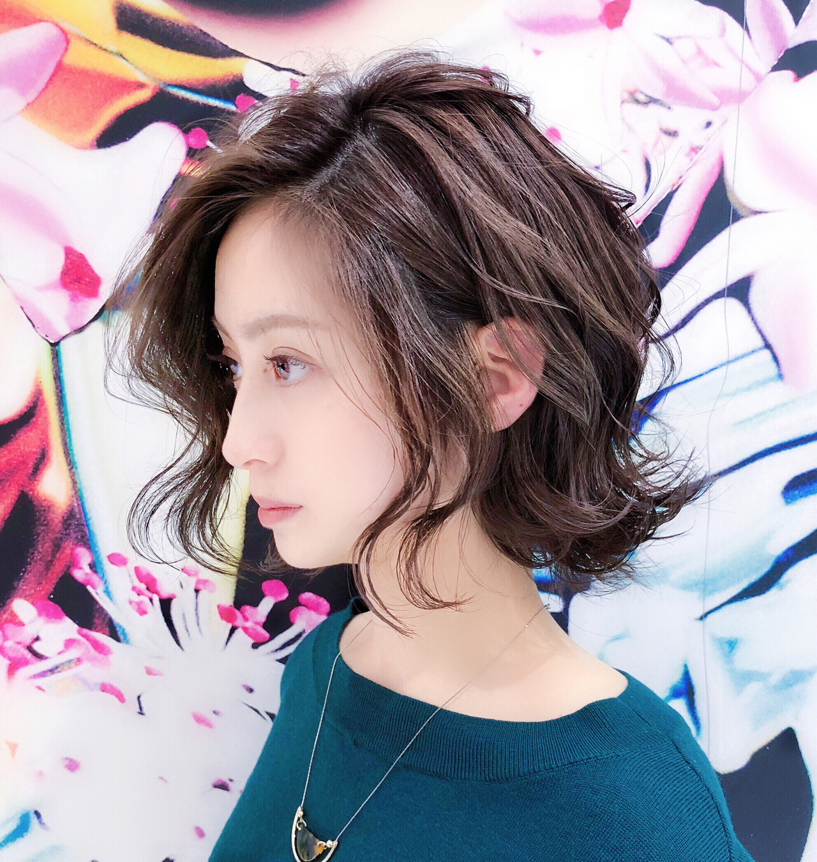 ミディアム フェミニン パーマ ミディアムレイヤー ヘアスタイルや髪型の写真・画像