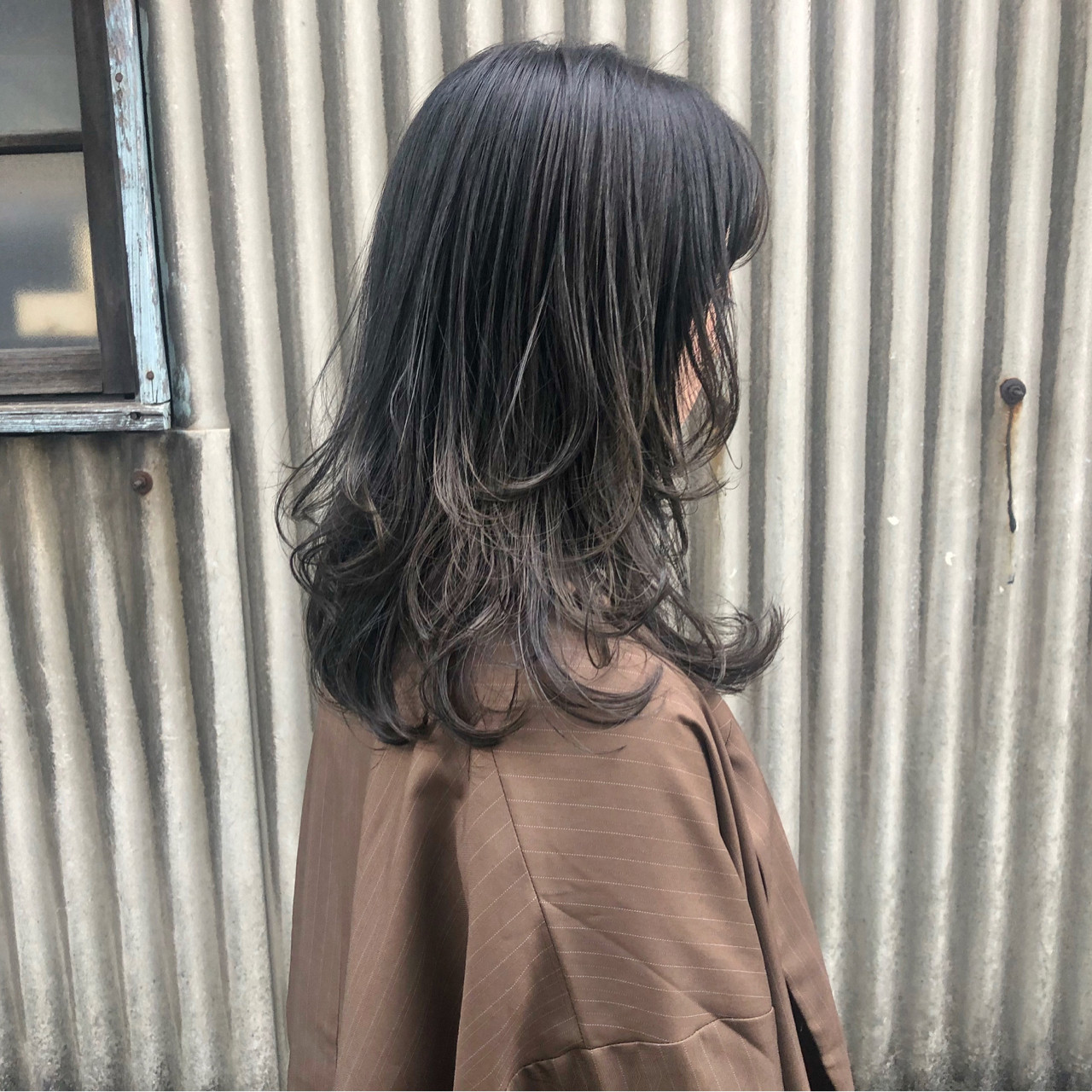 セミロング ウェーブ アッシュグレー レイヤーカット ヘアスタイルや髪型の写真・画像