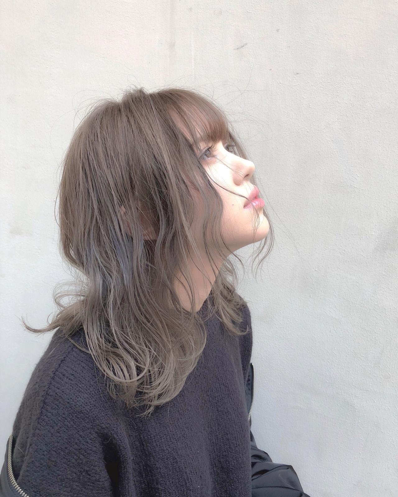 ピンクベージュ ハイトーンカラー オリーブベージュ アッシュグレージュ ヘアスタイルや髪型の写真・画像