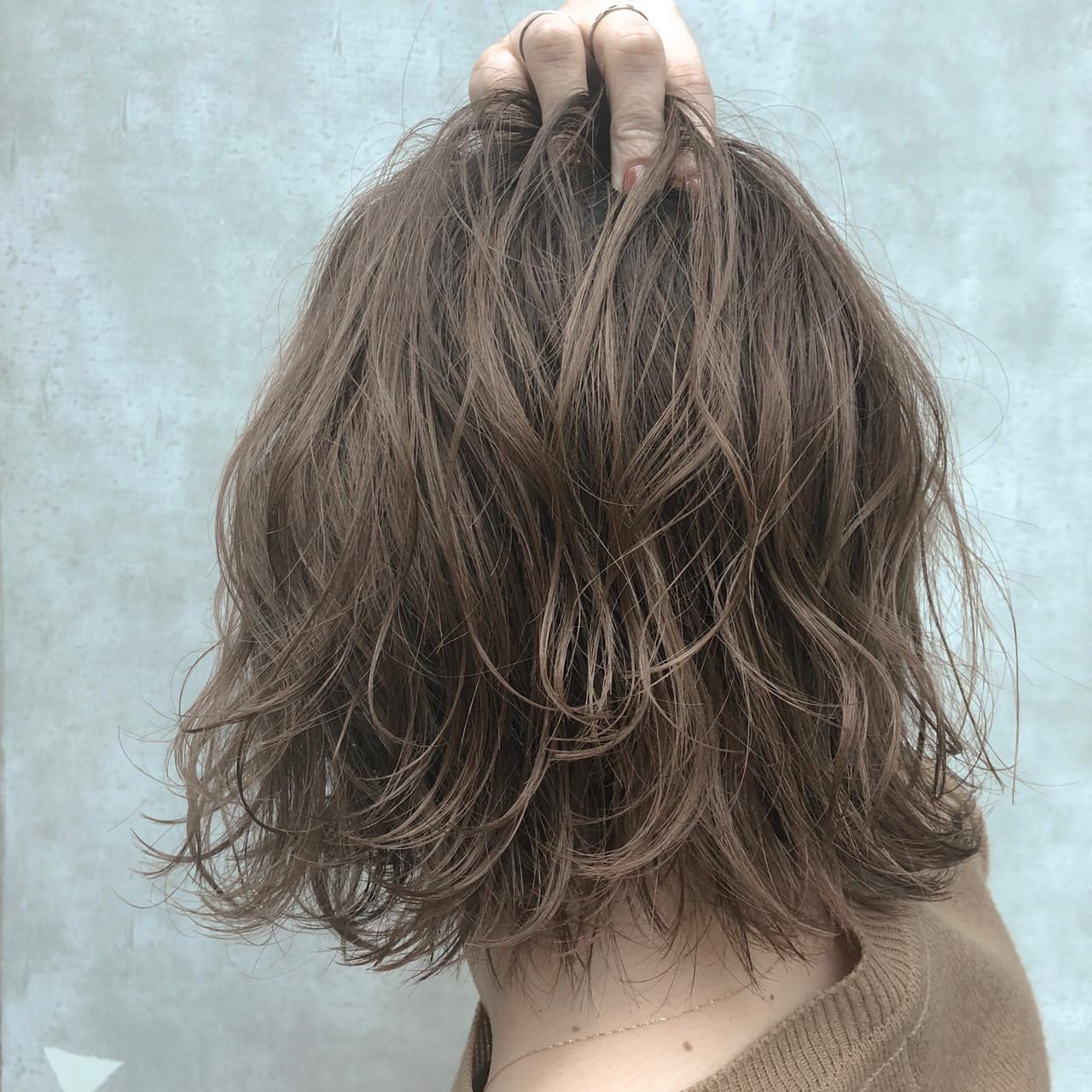 グレージュ ボブ ナチュラル デート ヘアスタイルや髪型の写真・画像