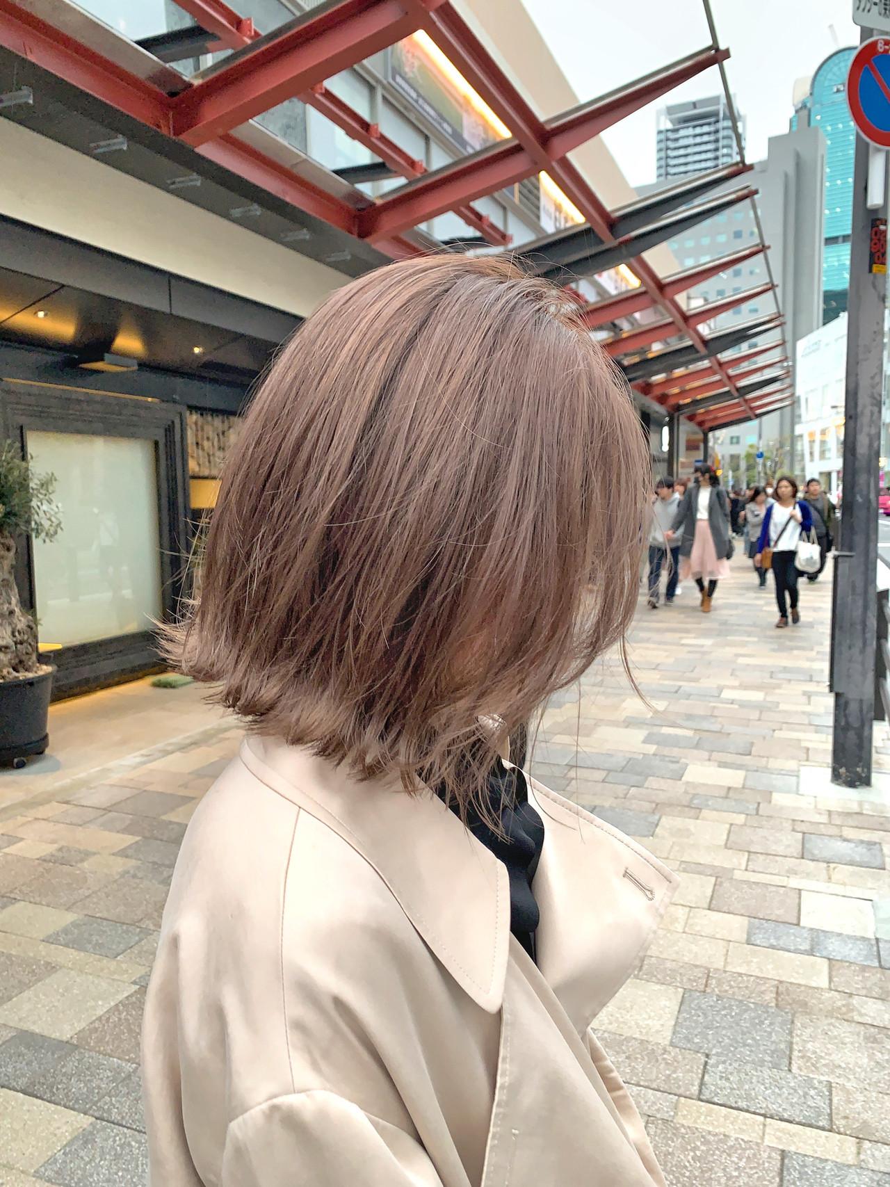 切りっぱなしボブ イルミナカラー ミルクティーベージュ ショート ヘアスタイルや髪型の写真・画像