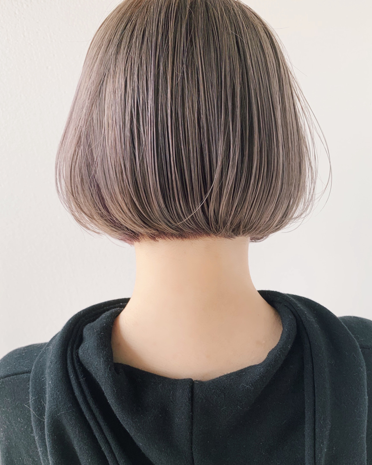 フェミニン ホワイトシルバー シルバーアッシュ 切りっぱなしボブ ヘアスタイルや髪型の写真・画像